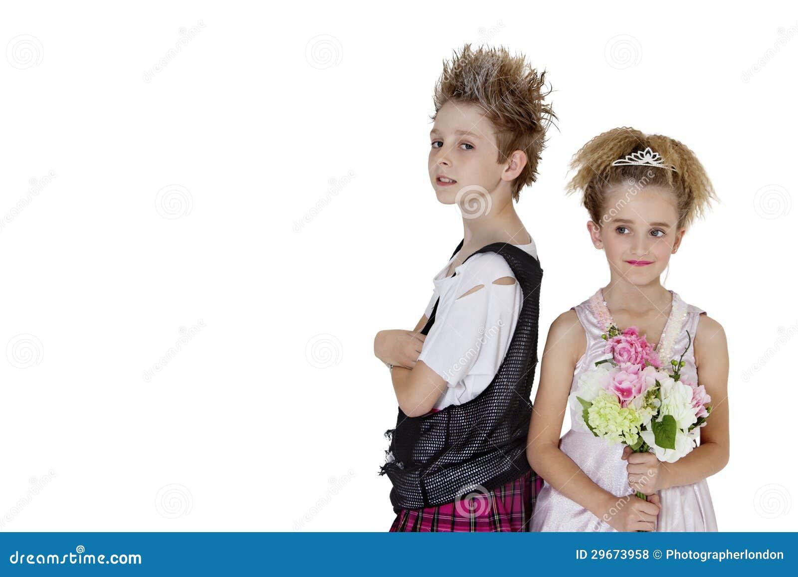 Ritratto del ragazzo punk con il mazzo del fiore della for Progetti di costruzione del mazzo