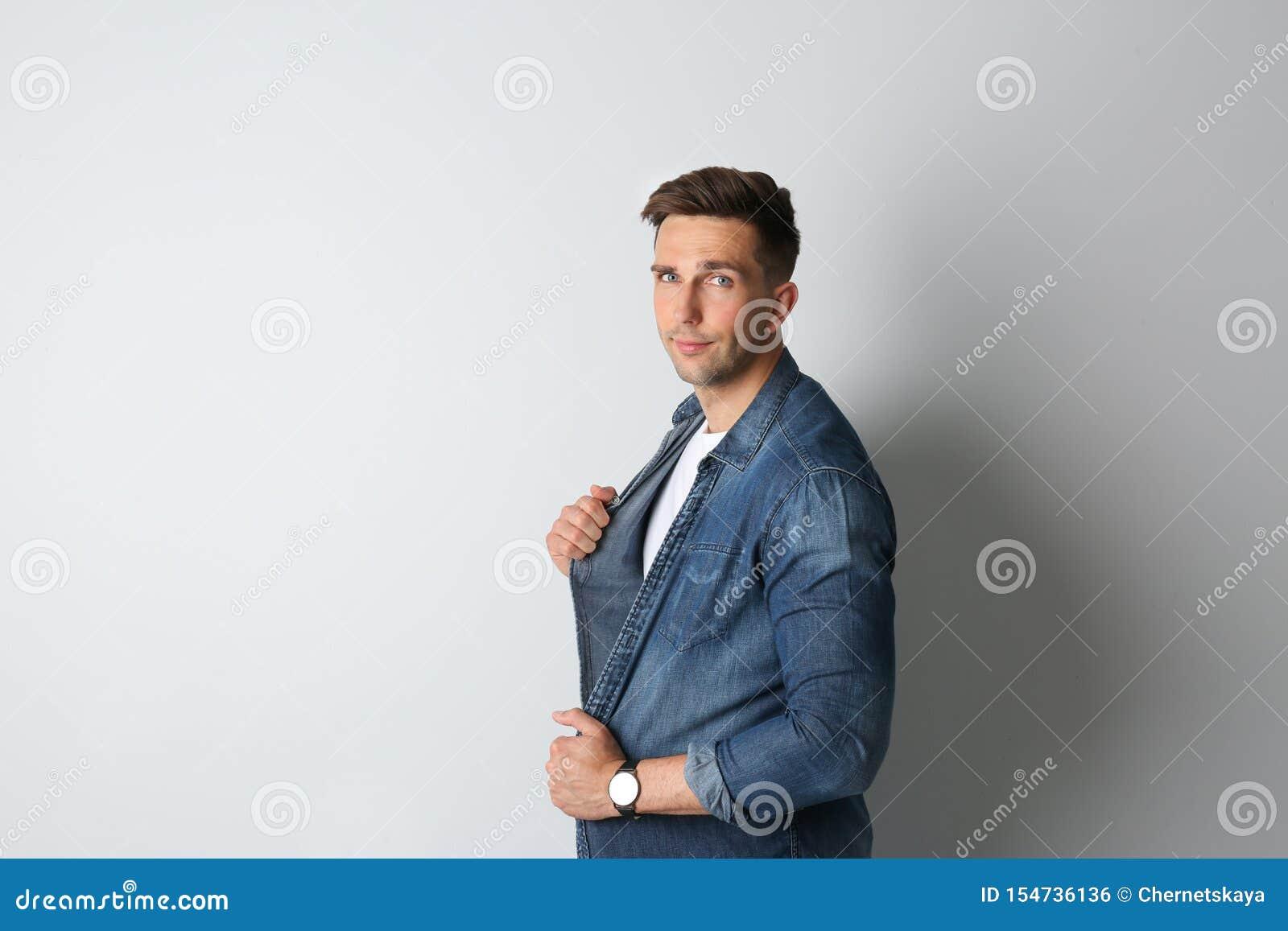 Ritratto dell uomo bello su fondo leggero Spazio per