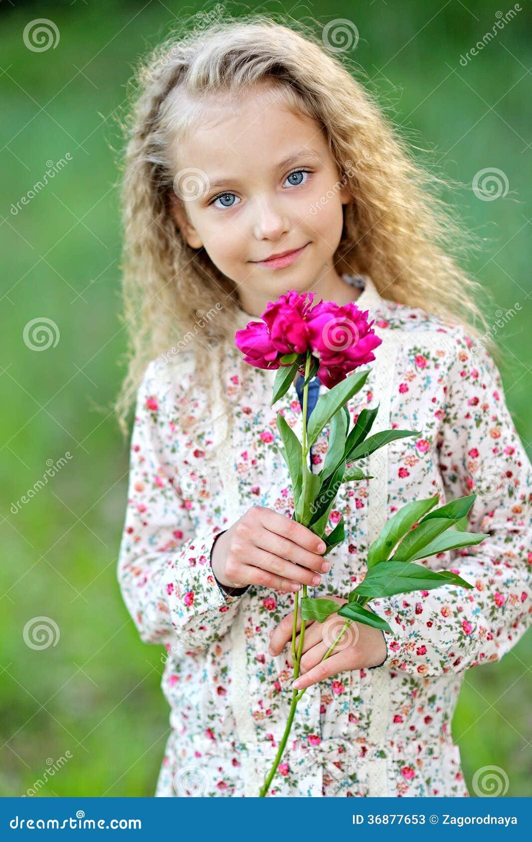 Download Ritratto della bambina immagine stock. Immagine di estate - 36877653
