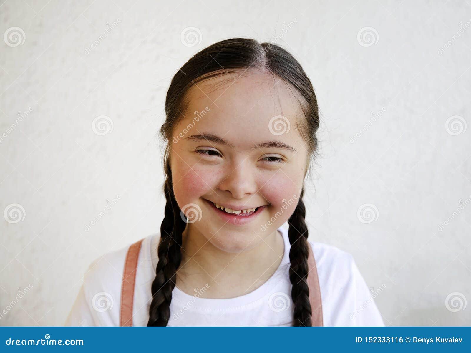 Ritratto della bambina che sorride sul fondo della parete