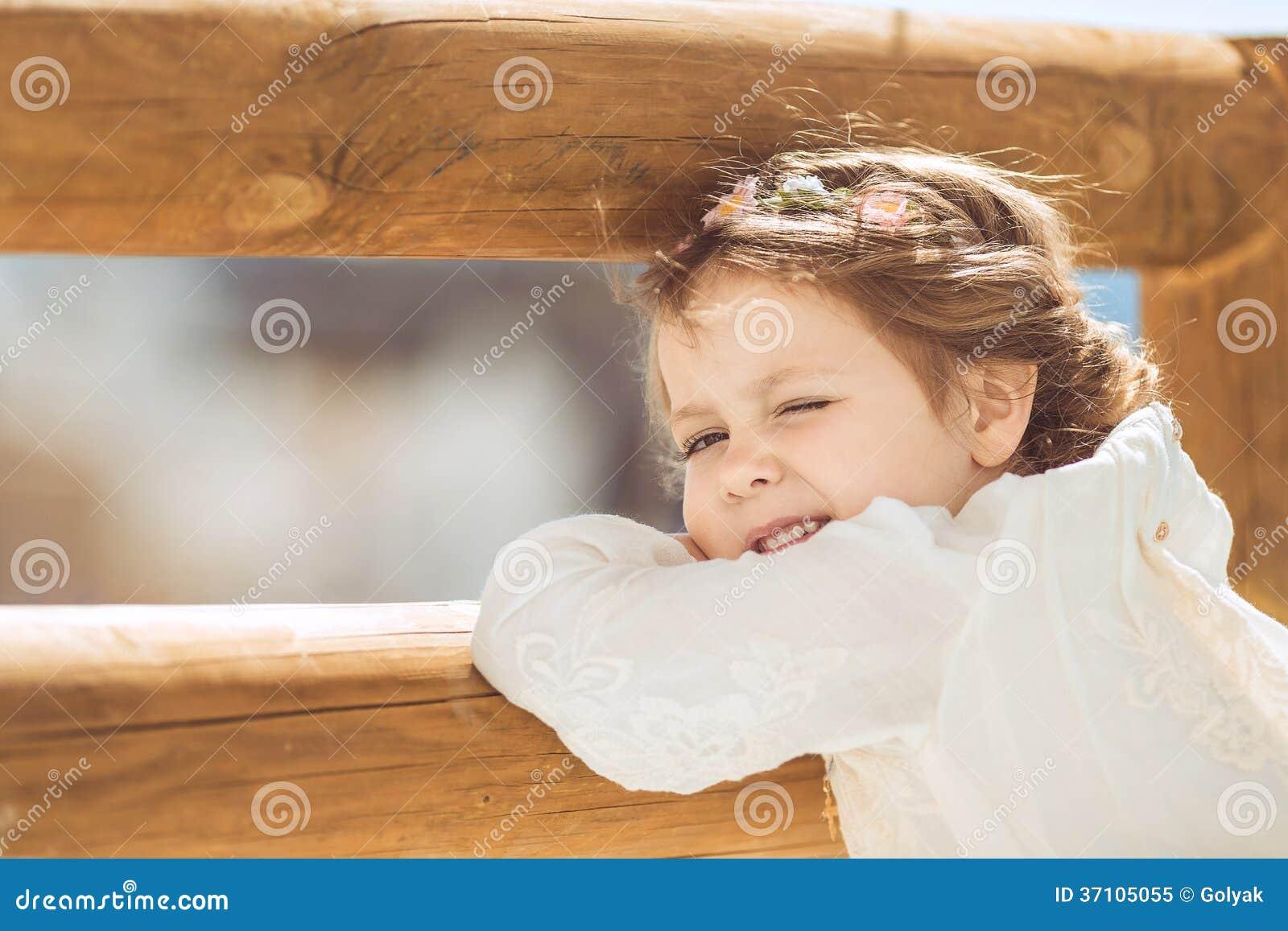 Ritratto della bambina sorridente sveglia in vestito da principessa