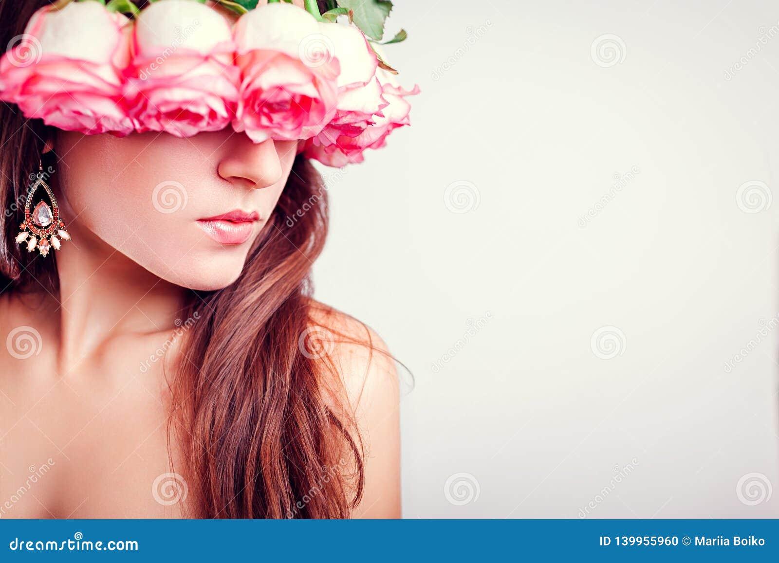 Ritratto della corona d uso della bella giovane donna fatta delle rose Concetto di modo di bellezza pelle sana dei capelli