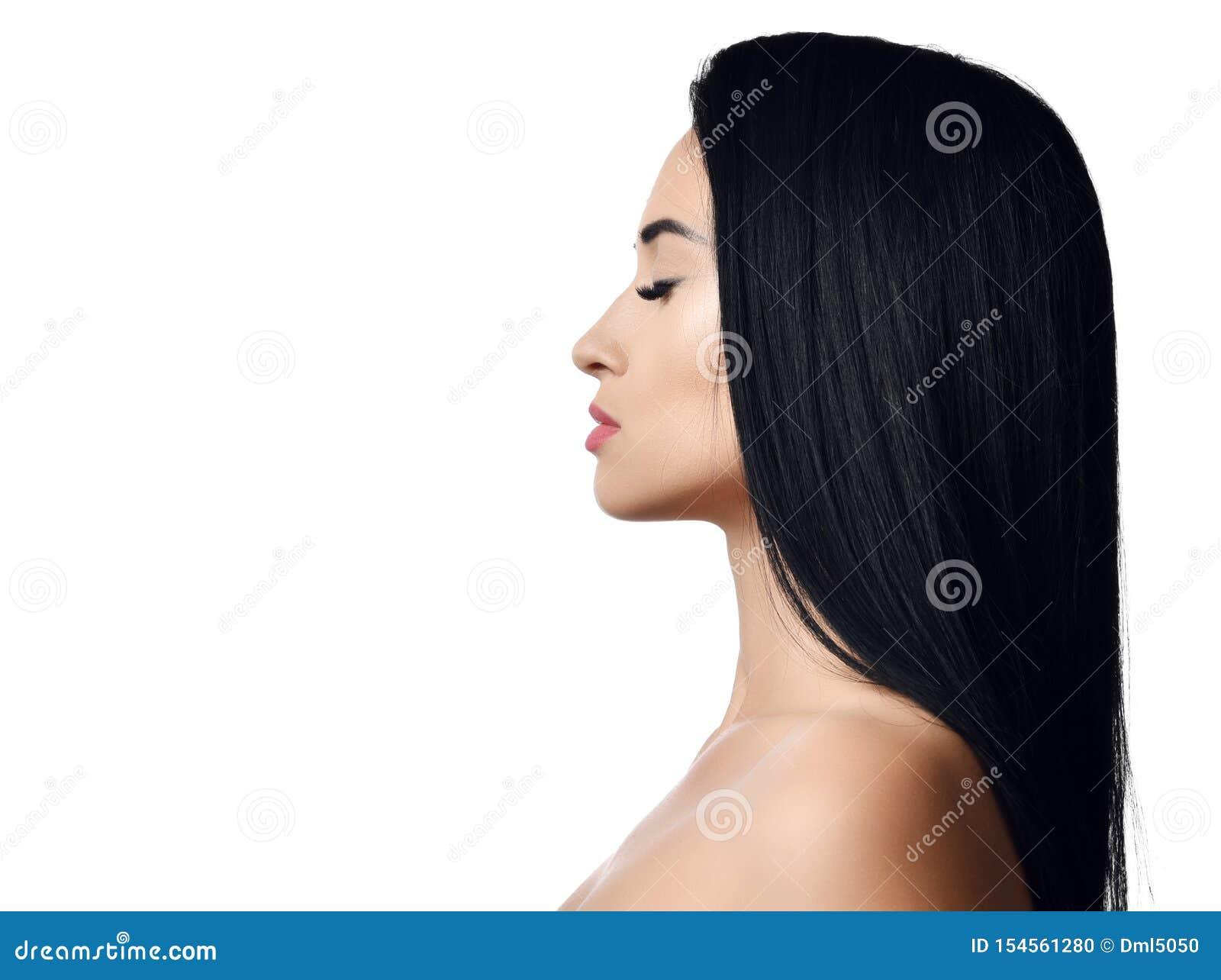 Ritratto della donna castana con capelli diritti lunghi, le spalle nude, gli occhi chiusi e le labbra perfette Concetto della pub