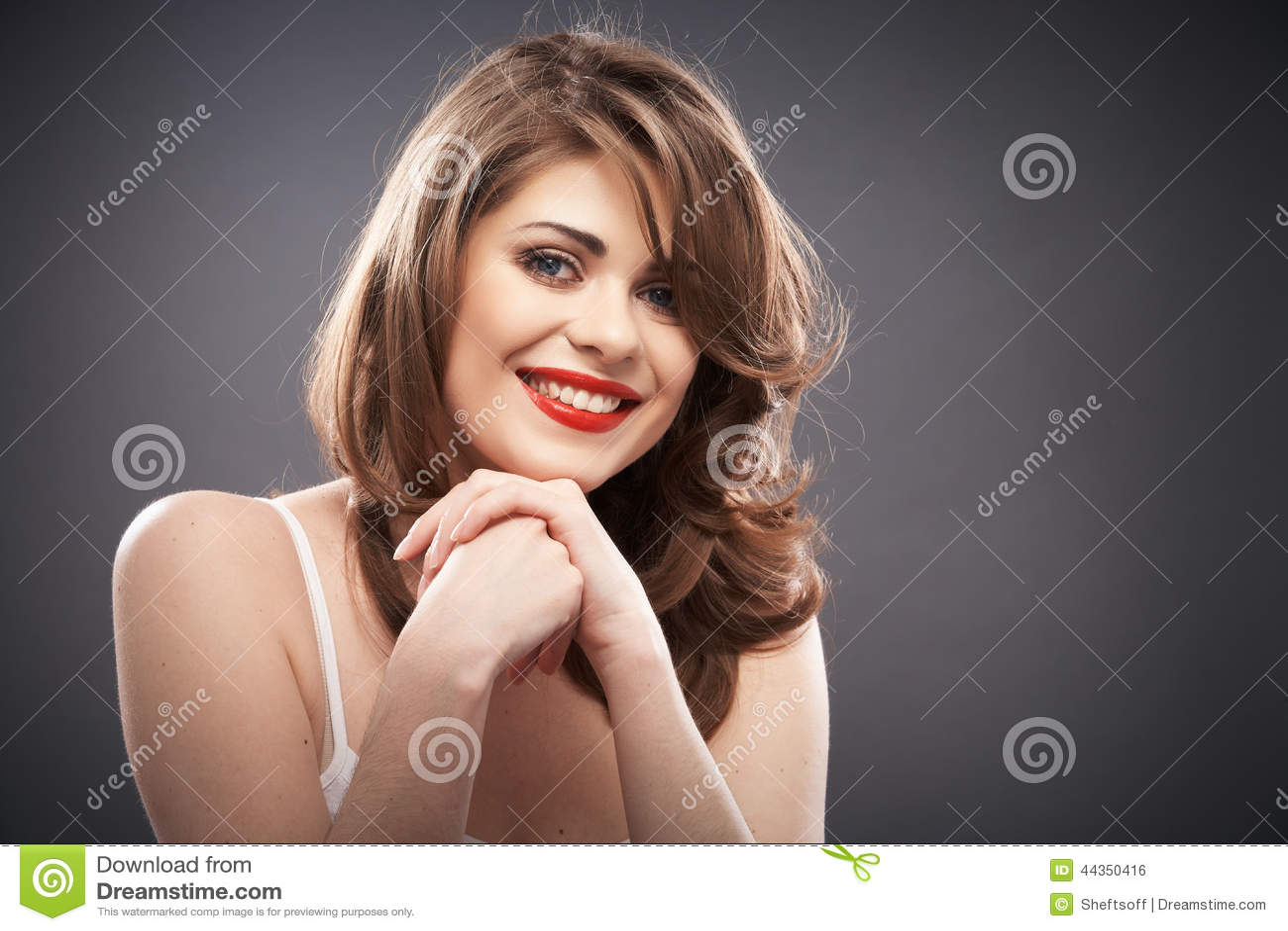 Ritratto della donna con i capelli del bigodino