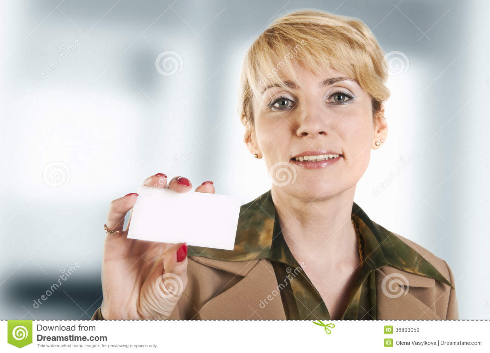 Download Ritratto Della Donna Di Affari Che Dà Biglietto Da Visita In Bianco Immagine Stock - Immagine di commercio, esecutivo: 36893059