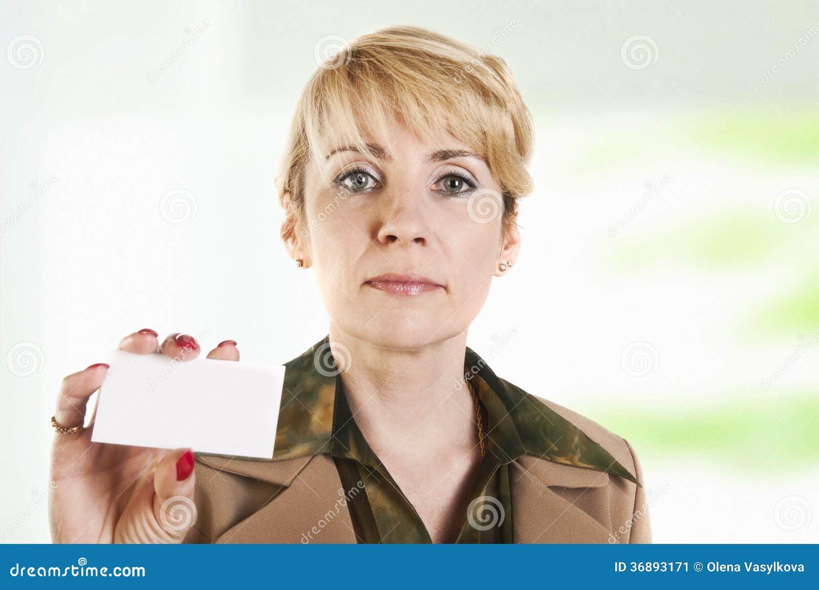 Download Ritratto Della Donna Di Affari Che Dà Biglietto Da Visita In Bianco Immagine Stock - Immagine di ritaglio, businesspeople: 36893171