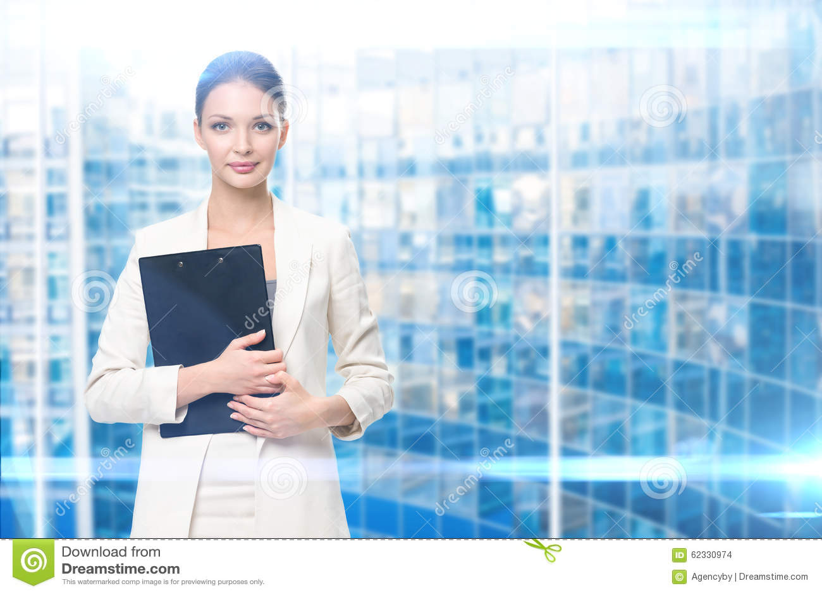 Ritratto della donna di affari con la cartella