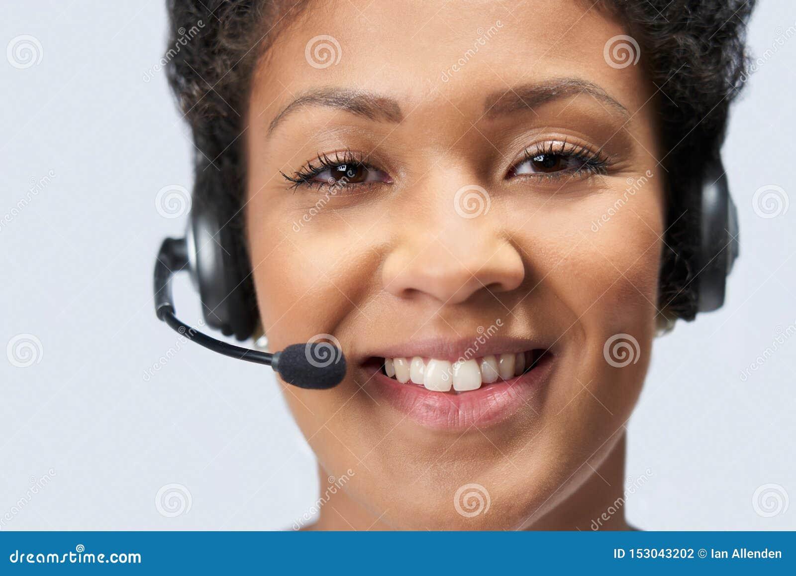Ritratto della donna di affari Wearing Telephone Headset nel servizio di servizi di assistenza al cliente