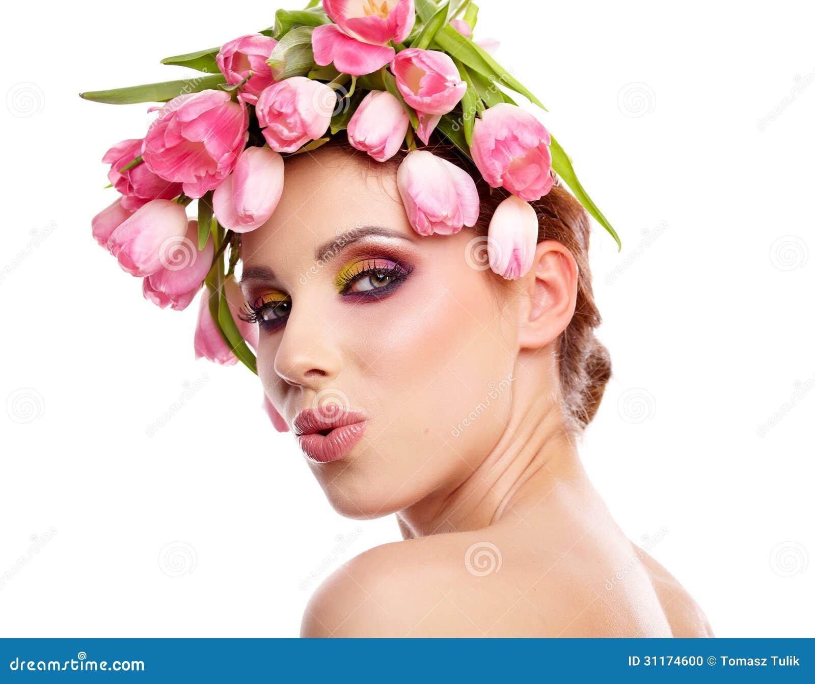 Ritratto della donna di bellezza con la corona dai fiori for Fiori con la l