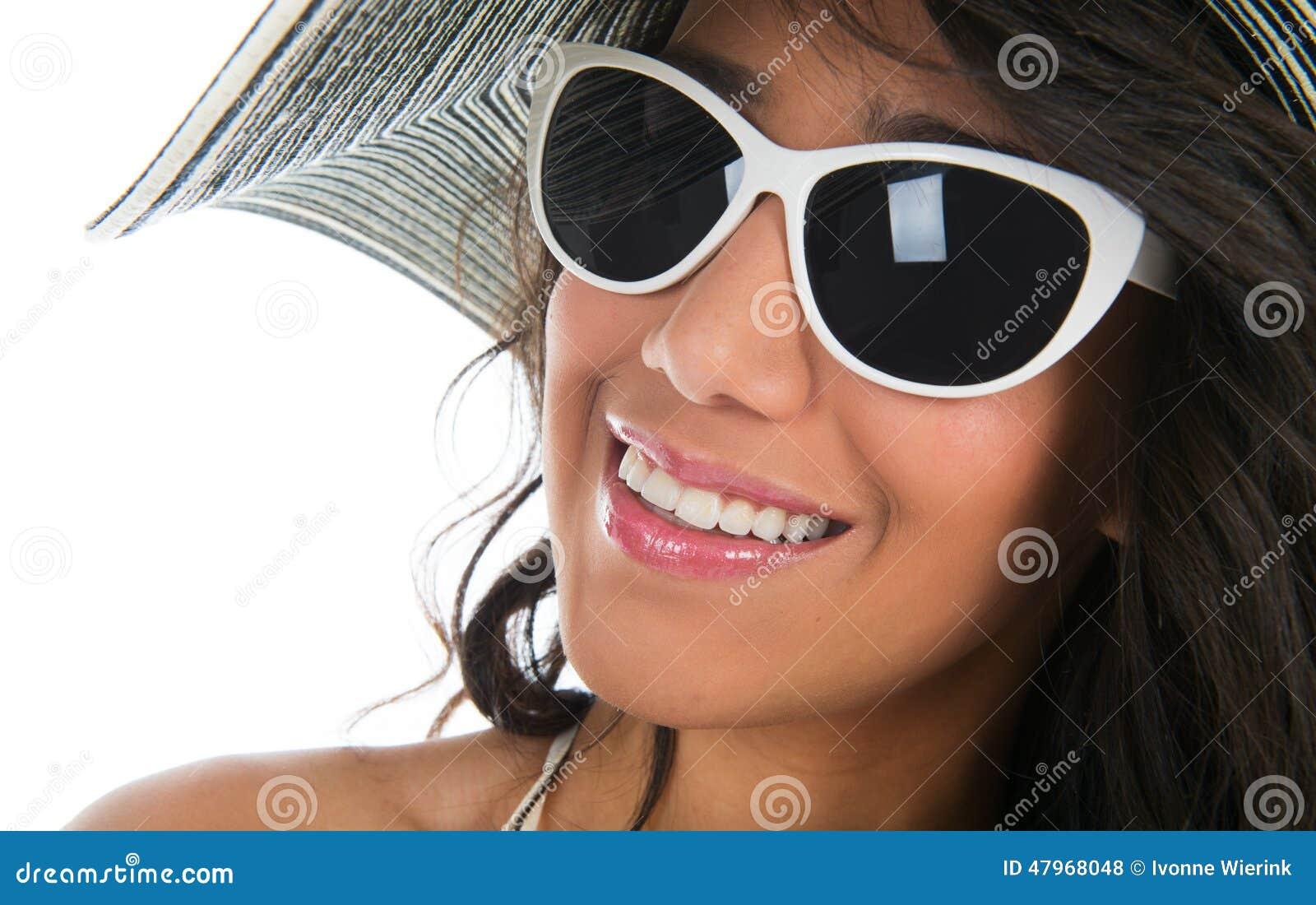 Ritratto della donna di colore in bikini bianco con il cappello di paglia