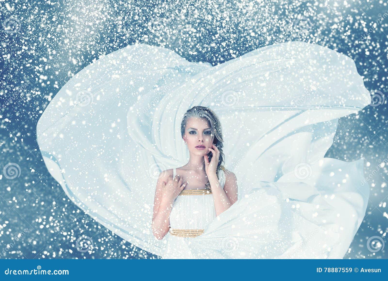Ritratto della donna di modo di inverno della neve