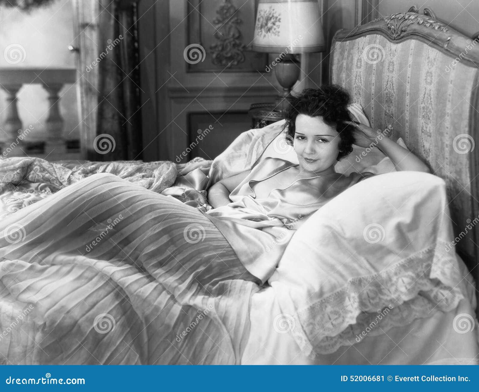 Ritratto della donna a letto (tutte le persone rappresentate non sono vivente più lungo e nessuna proprietà esiste Garanzie del f