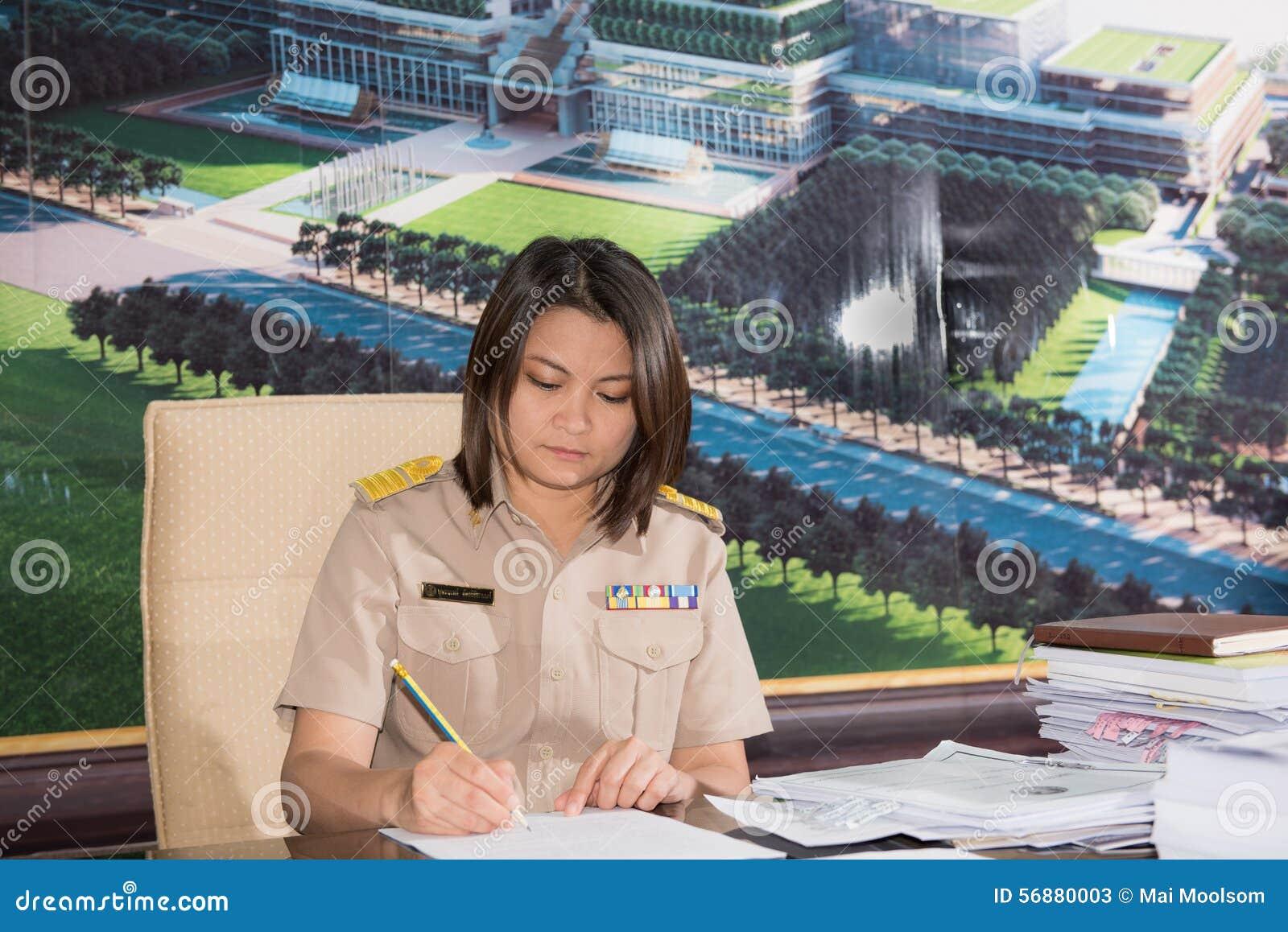 Ritratto della donna parlamentare tailandese dell uniforme dell ufficiale