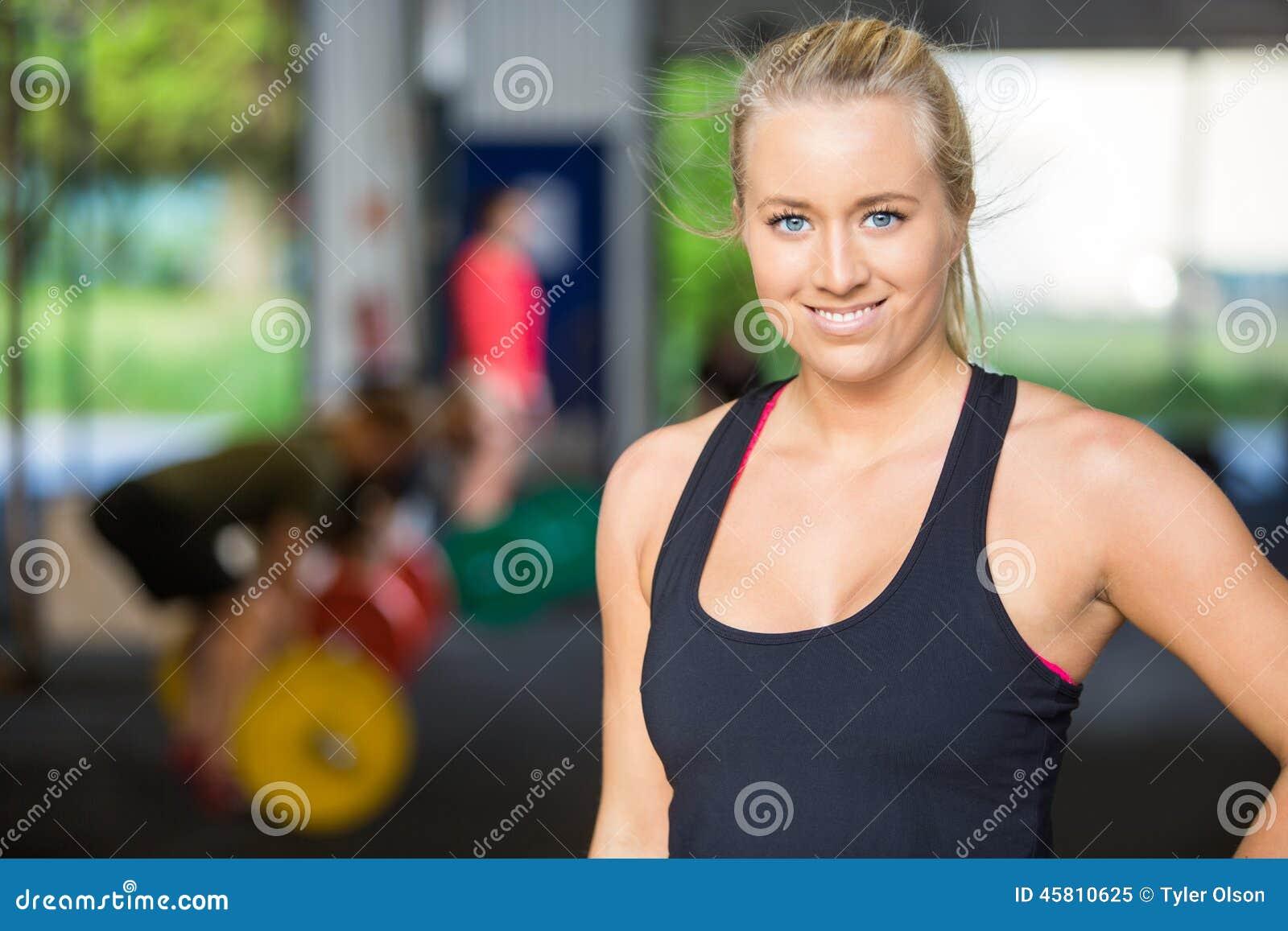 Ritratto della donna sicura di misura aInter-forma fisica
