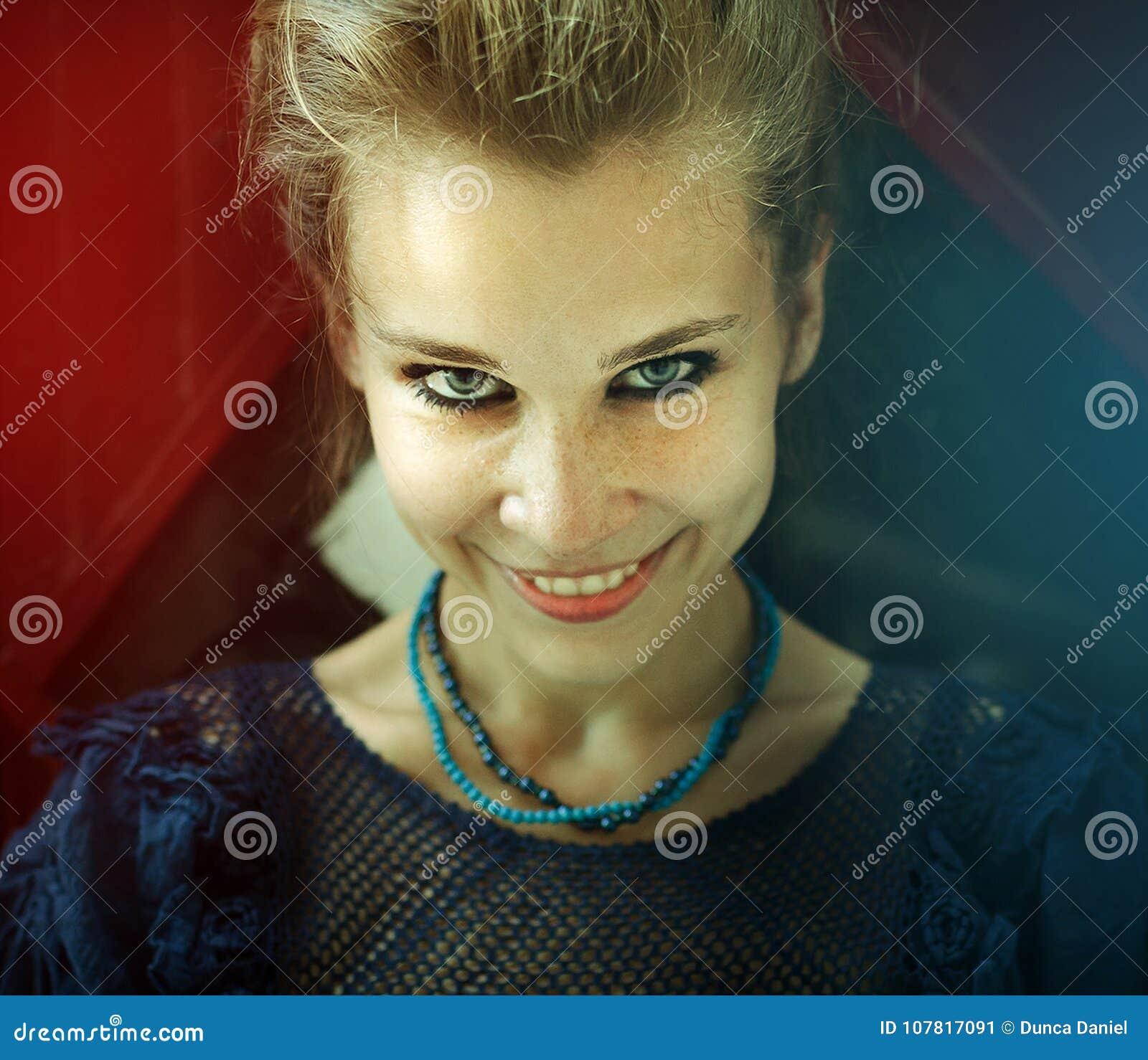 Ritratto della donna sorridente felice naturale