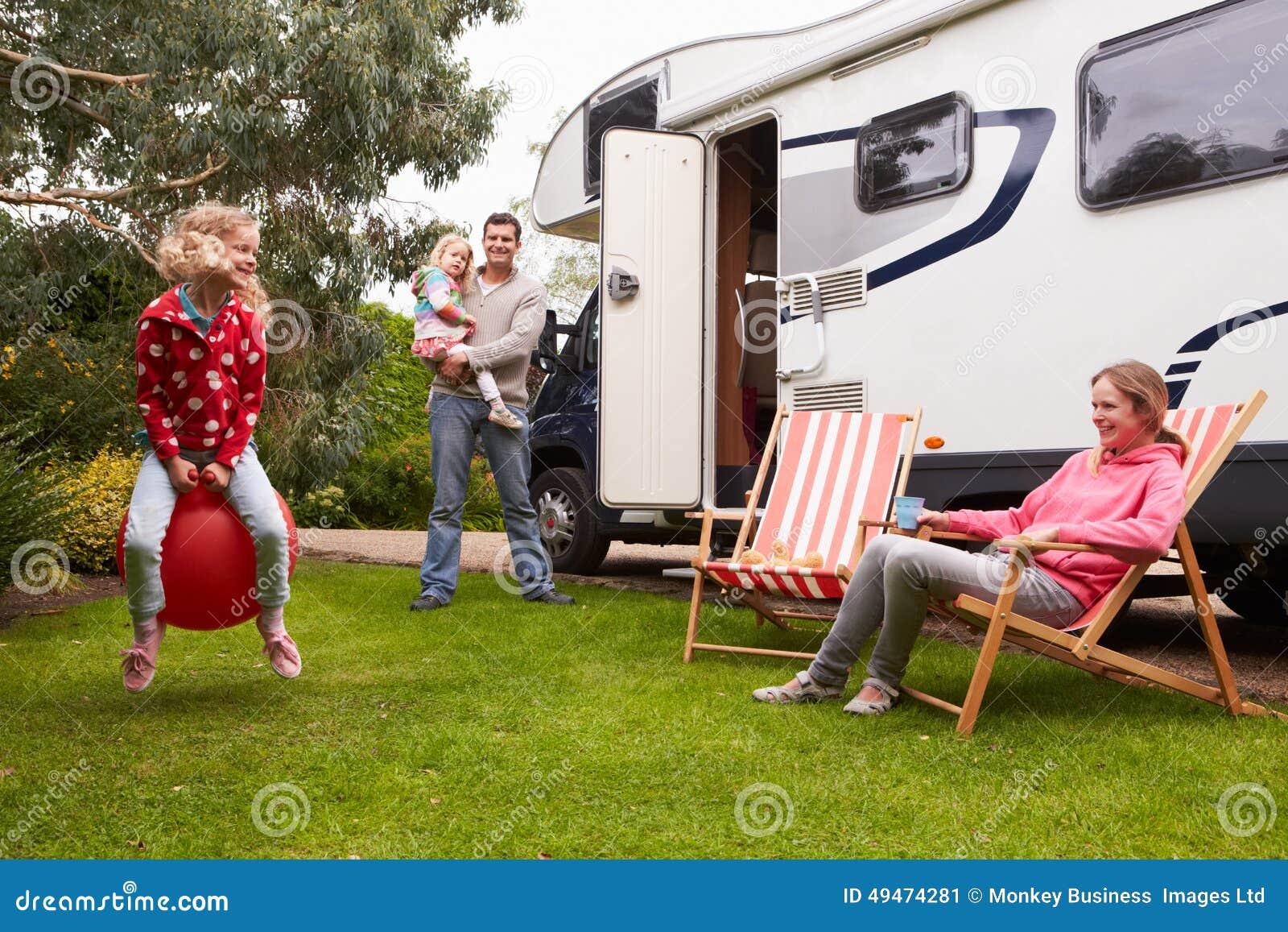 Ritratto della famiglia che gode della vacanza in campeggio in camper