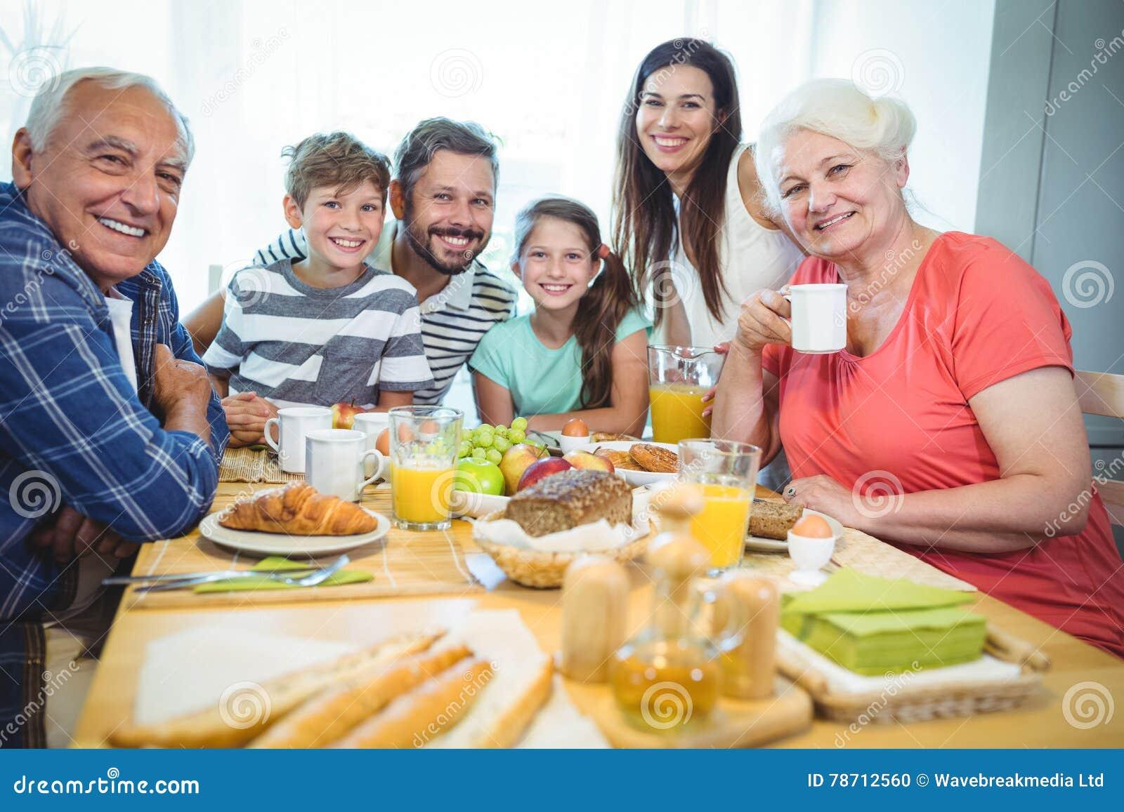 Ritratto della famiglia di diverse generazioni felice che si siede alla tavola di prima - Alla tavola della longevita ...