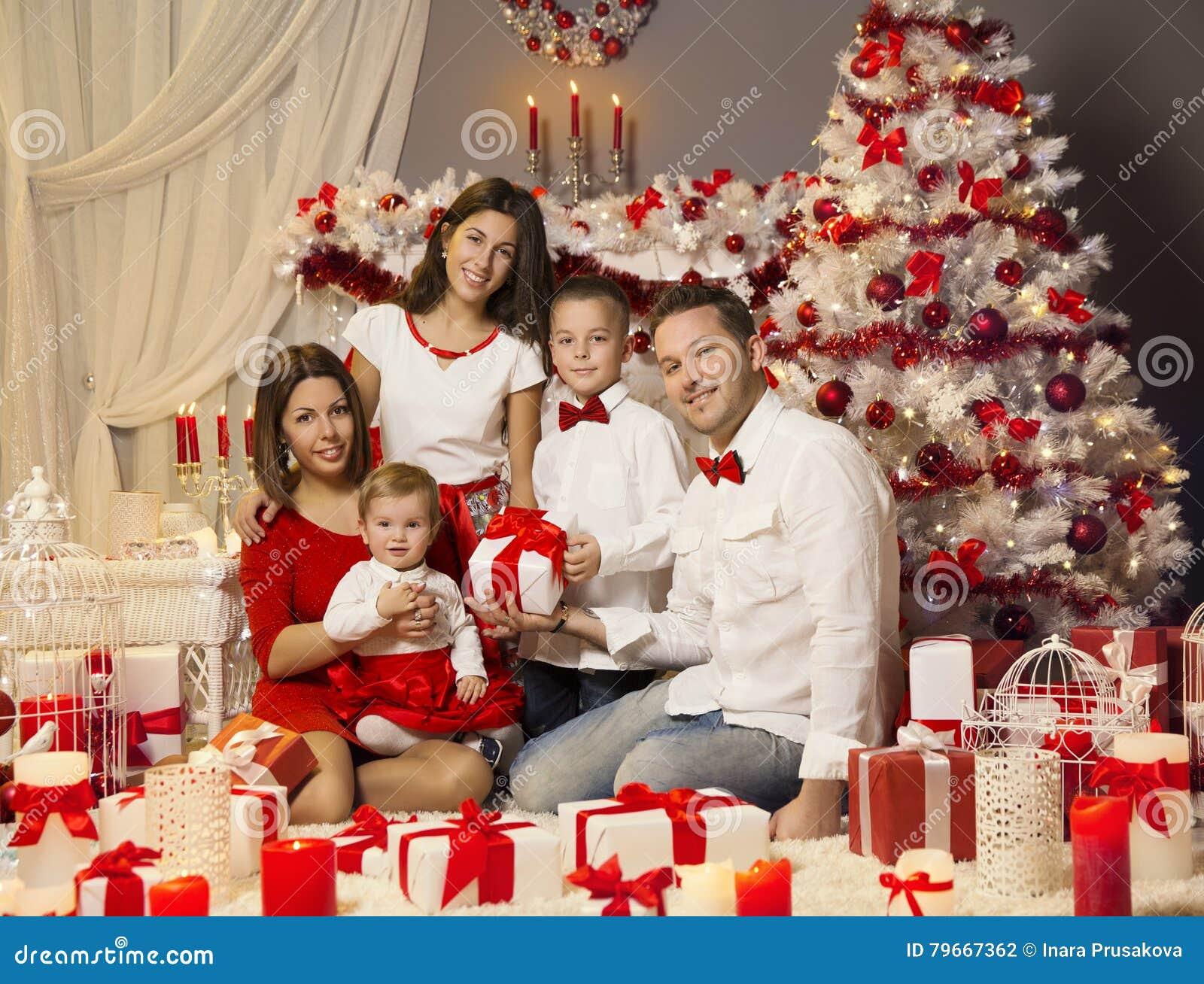 Foto Di Natale Famiglia.Ritratto Della Famiglia Di Natale Celebrante Festa Di