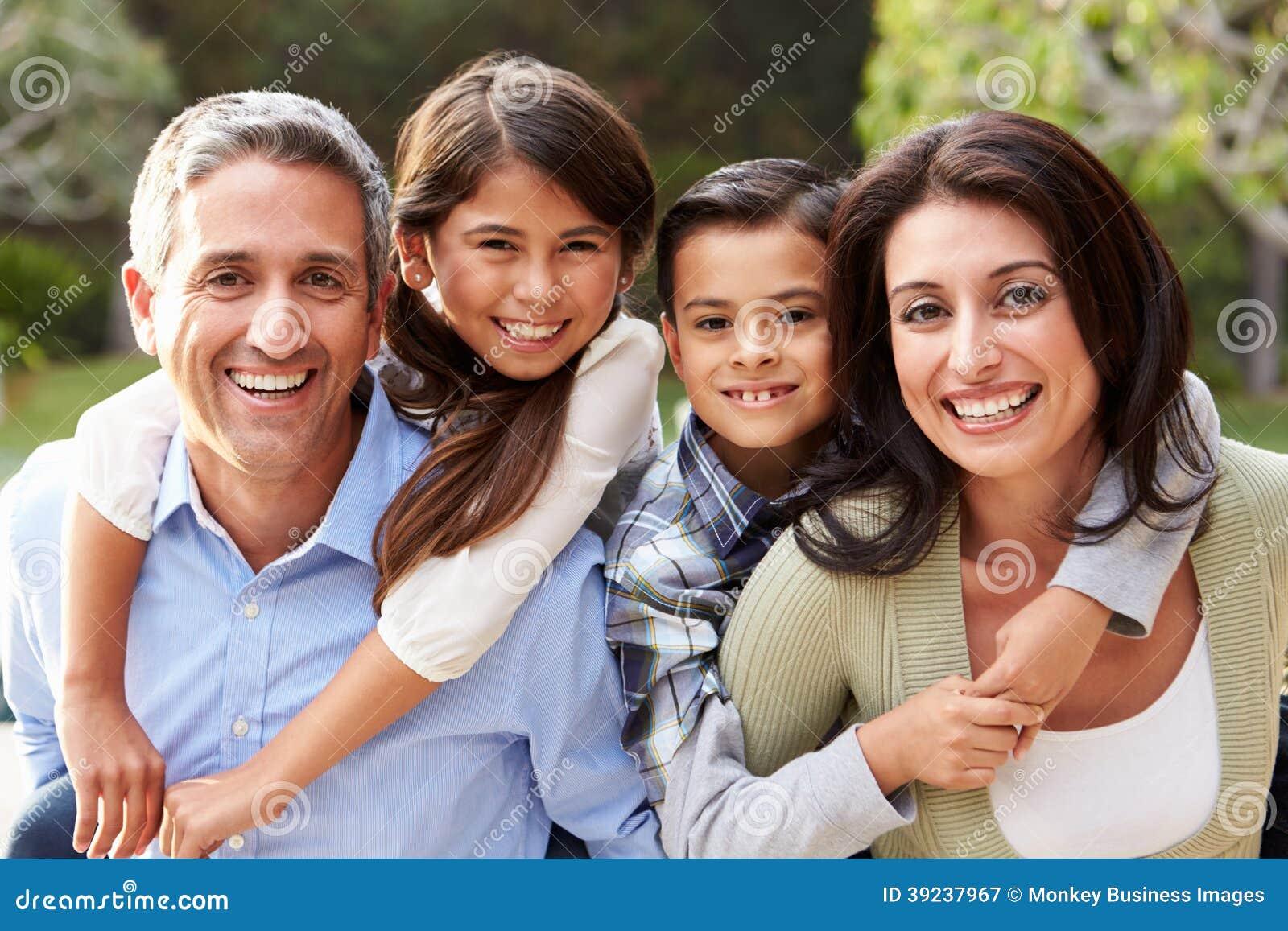 Ritratto della famiglia ispana in campagna