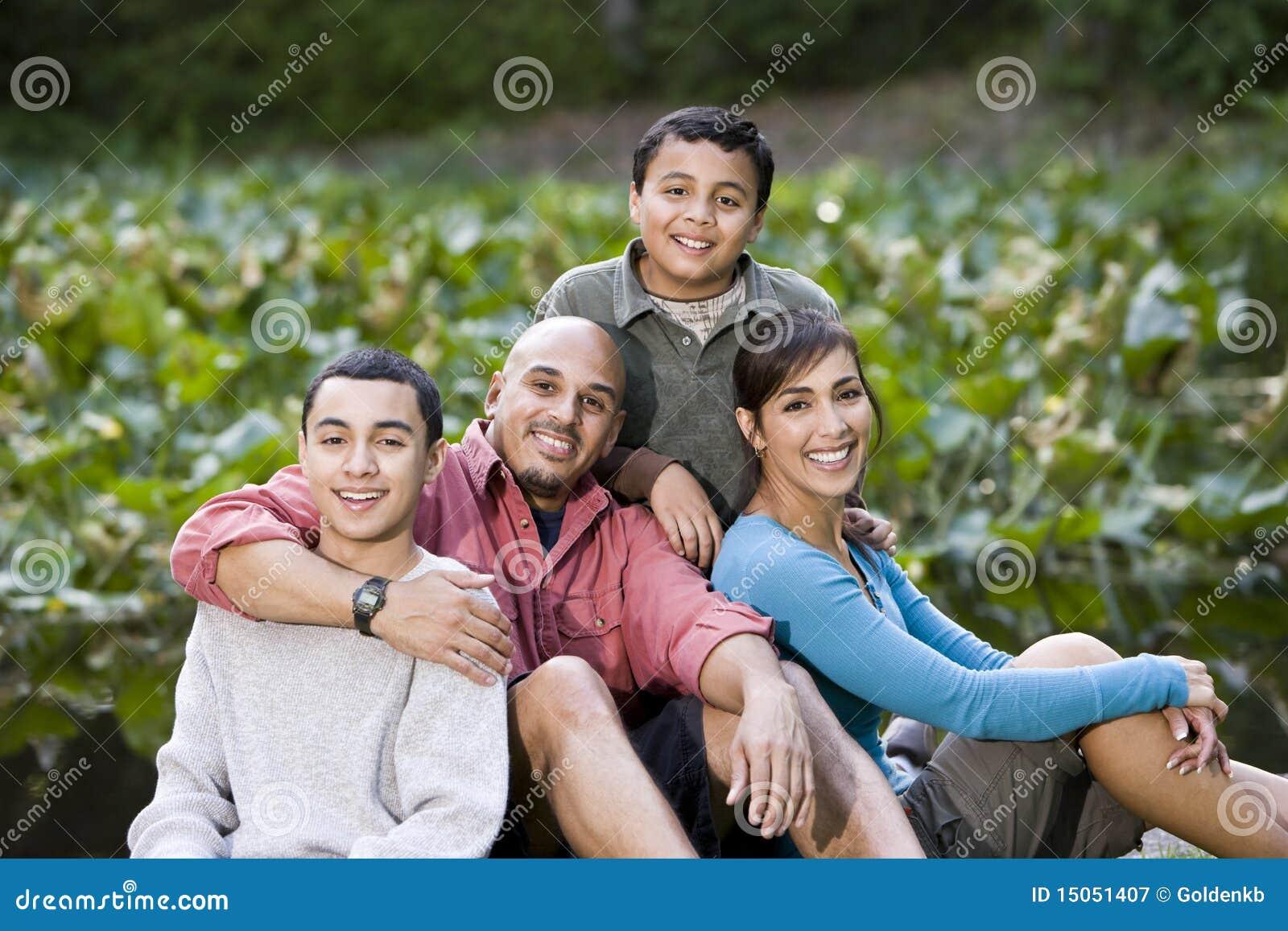 Ritratto della famiglia ispanica con due ragazzi all aperto