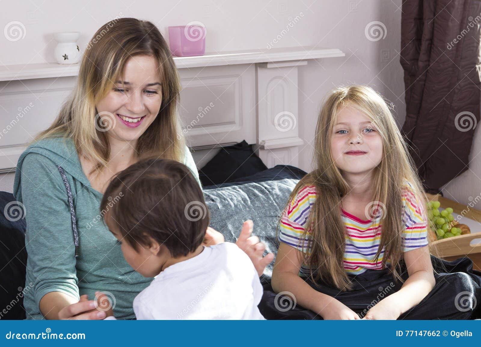 Ritratto della famiglia a letto a casa