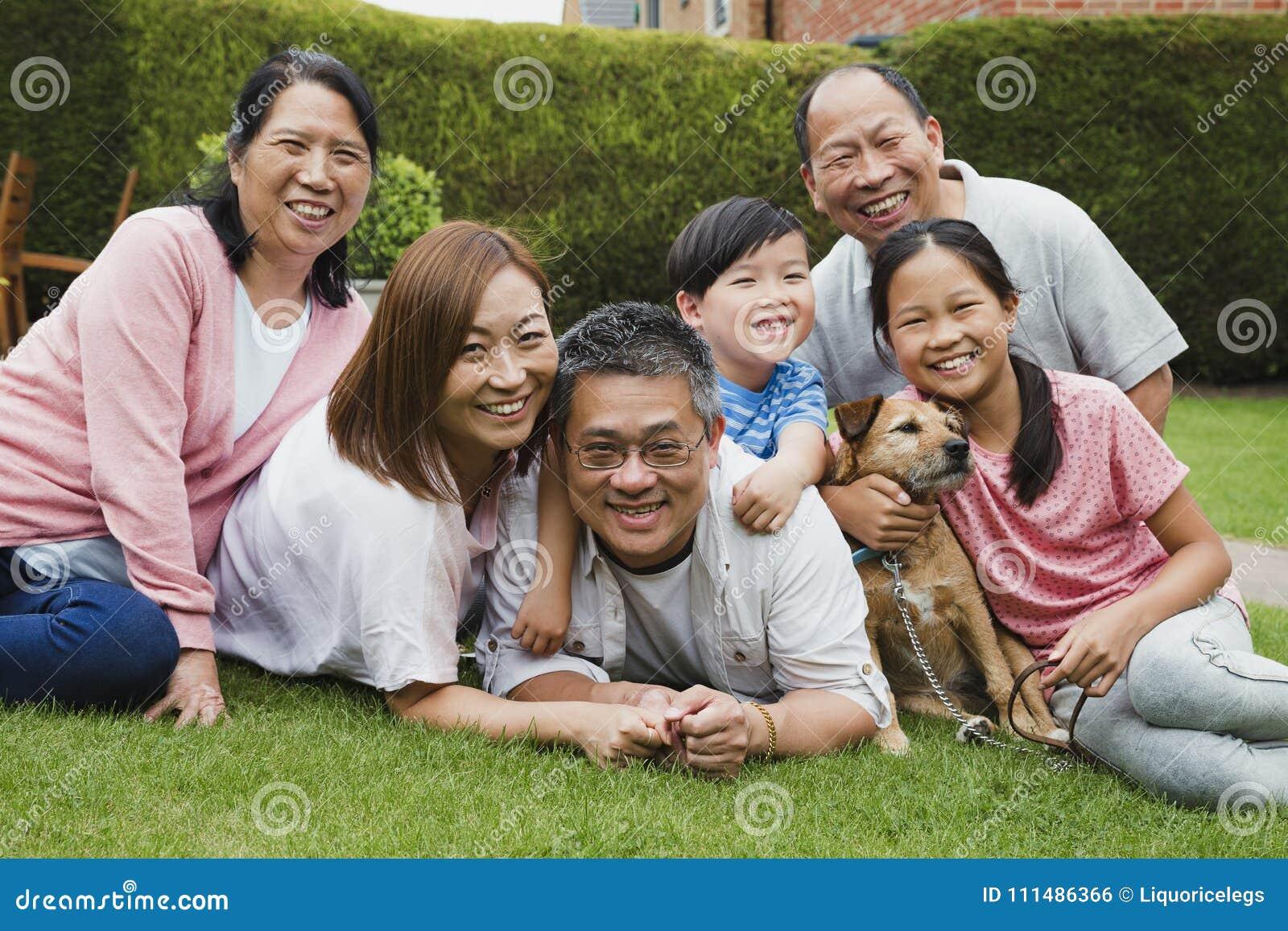 Ritratto della famiglia nel giardino