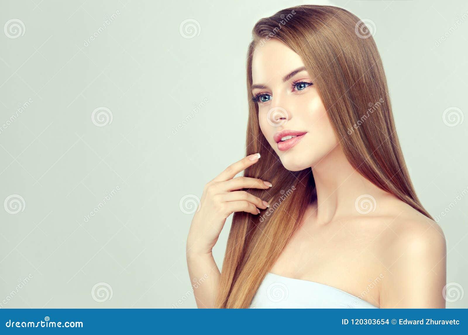 Ritratto Della Giovane Donna Con Lacconciatura Esagerata