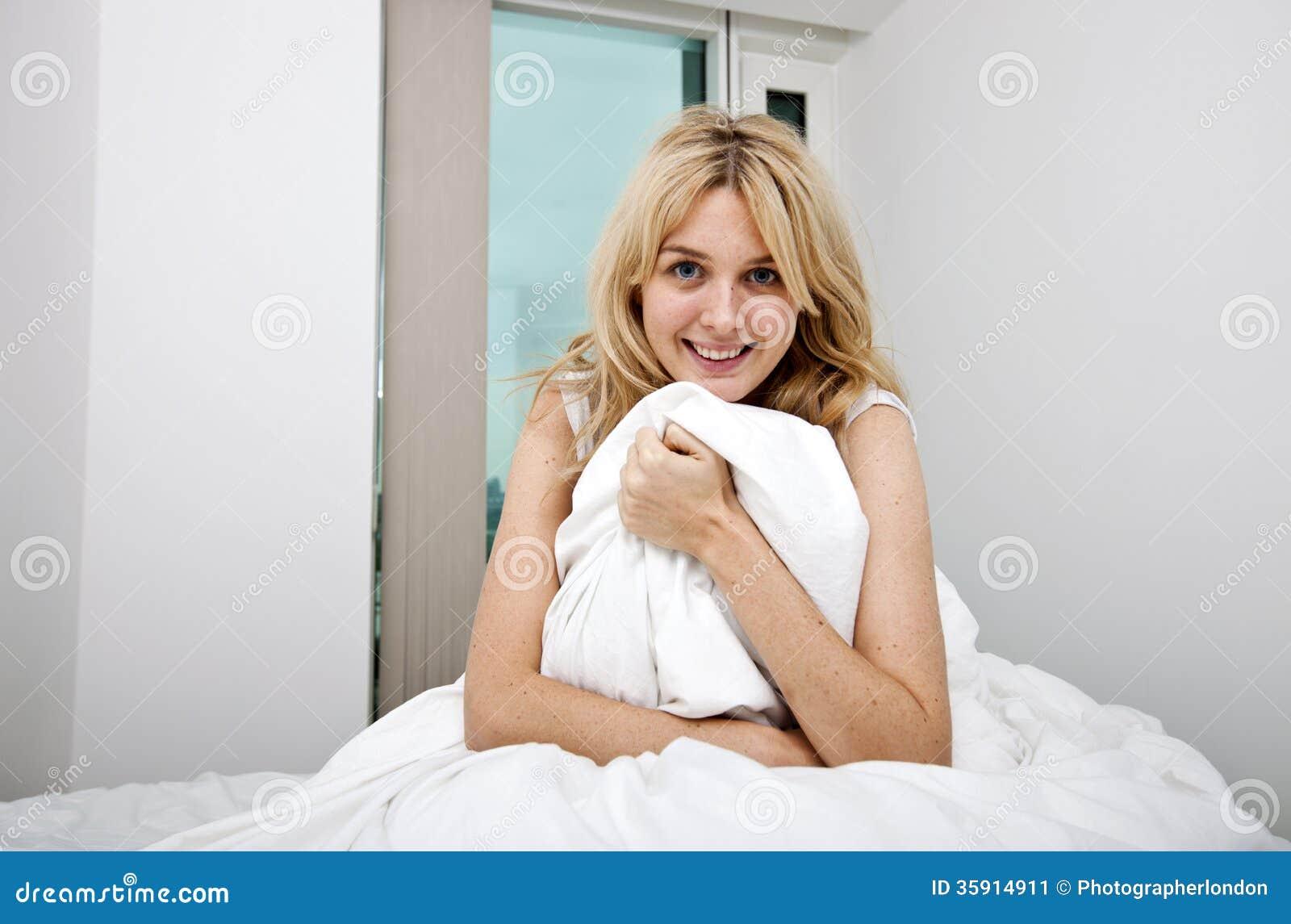 Ritratto della giovane donna con la trapunta che si siede - Letto che si chiude ...