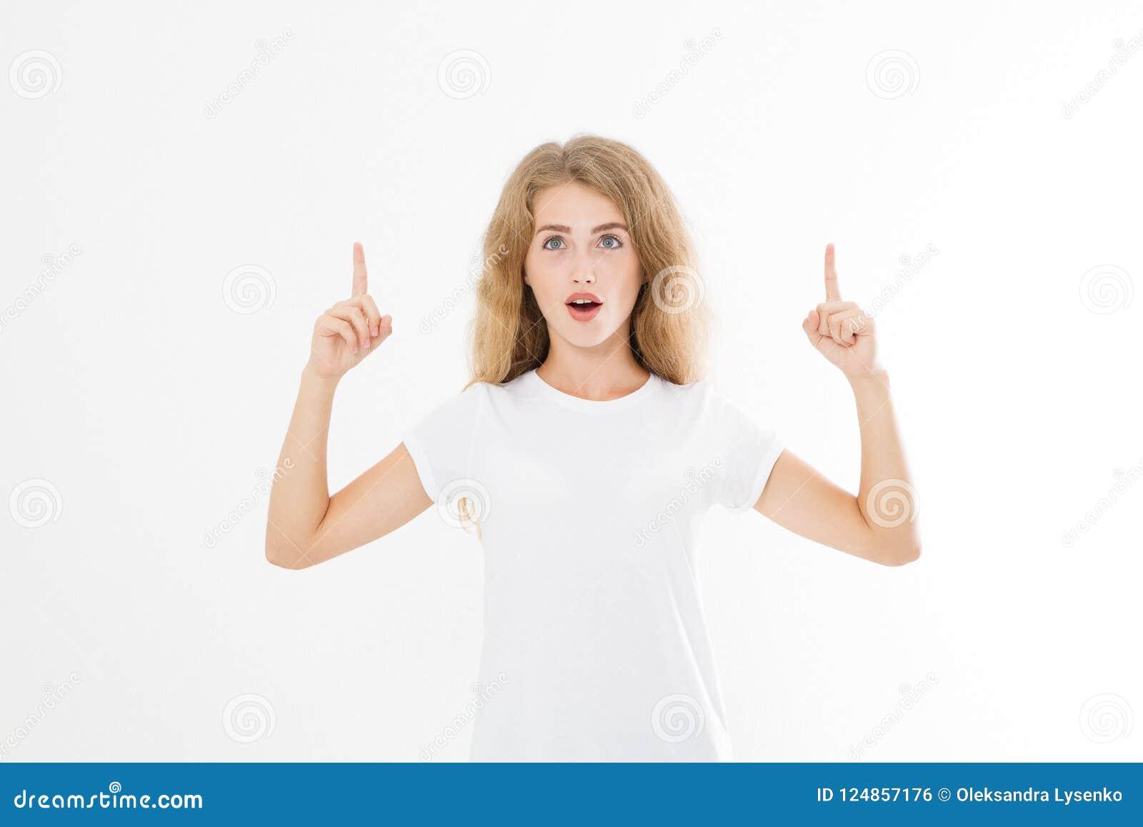 Ritratto della maglietta d uso sorridente di estate della giovane donna caucasica bionda che indica allo spazio della copia dal d