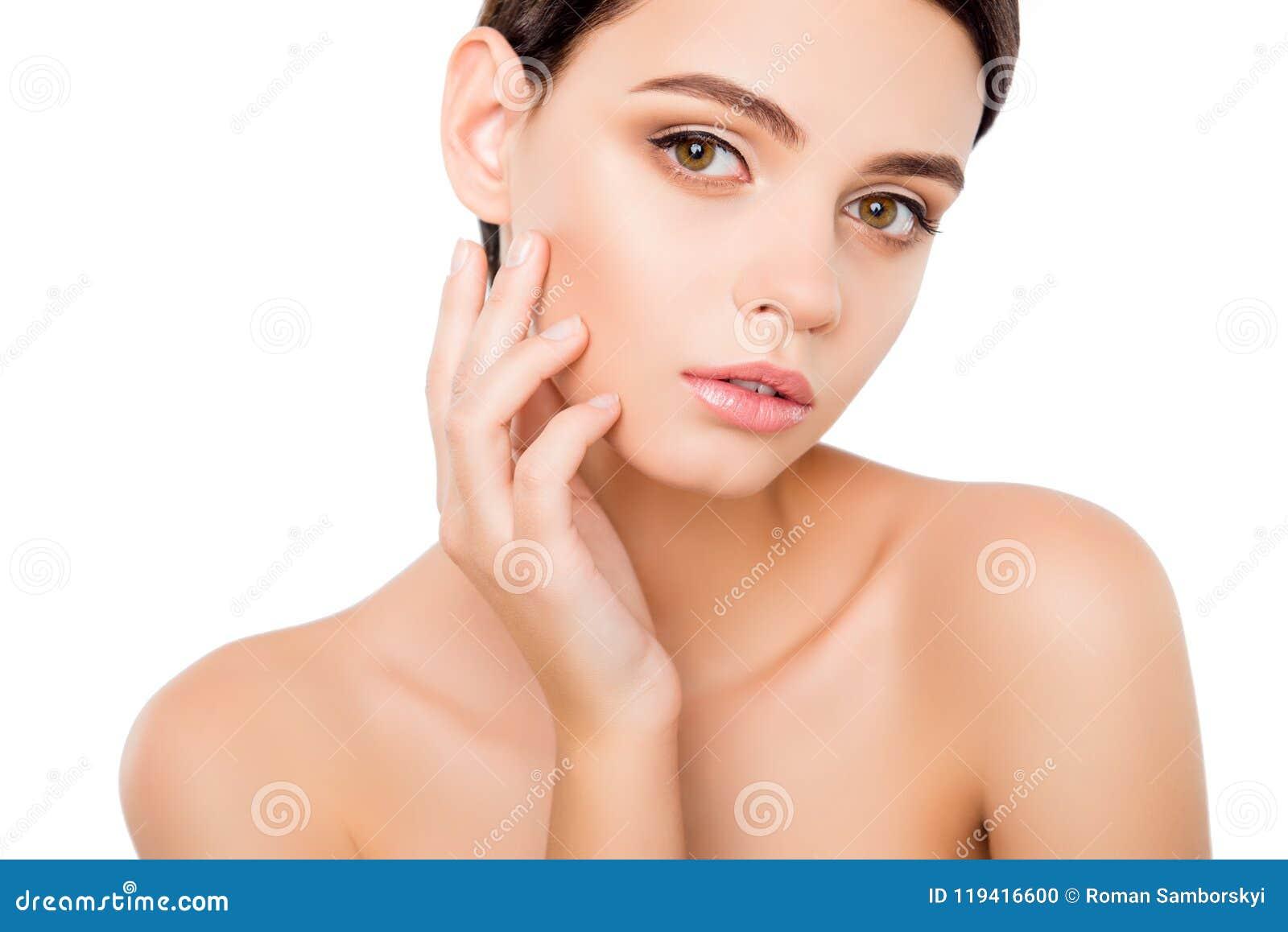 Ritratto della pelle commovente della giovane donna sulla sua guancia Chiuda sul ritratto di incantare signora attraente abbastan