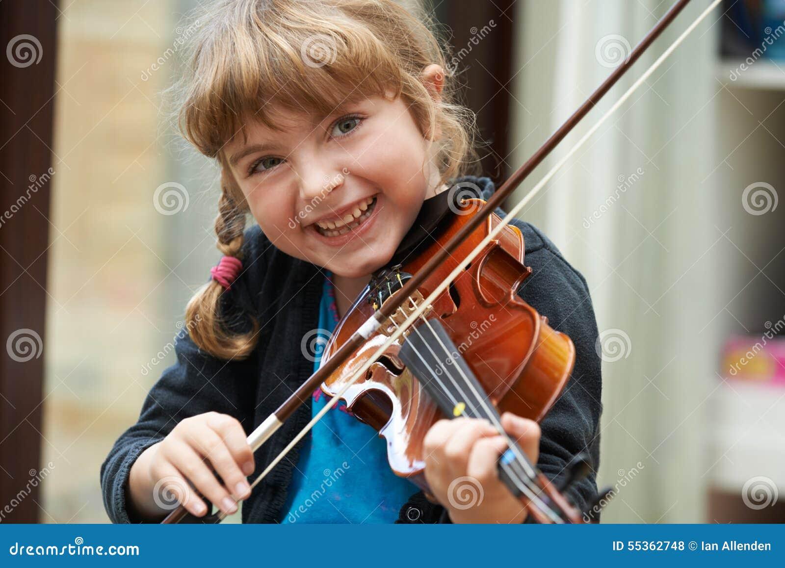 Ritratto della ragazza che impara giocare violino