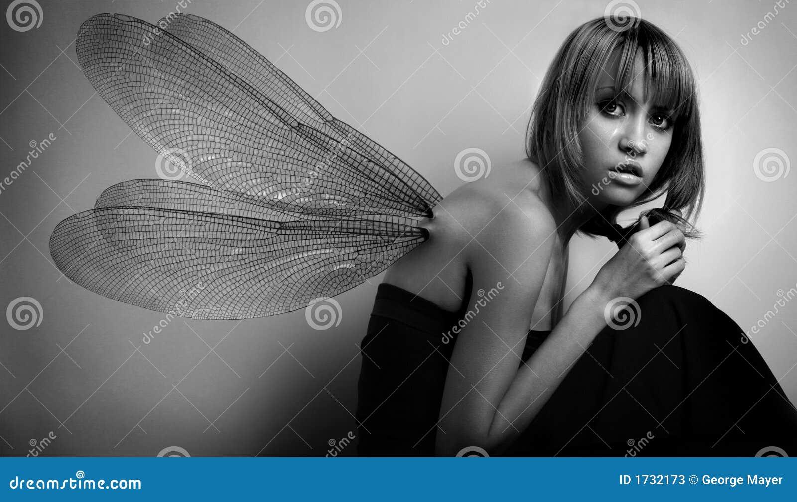 Ritratto della ragazza con le ali