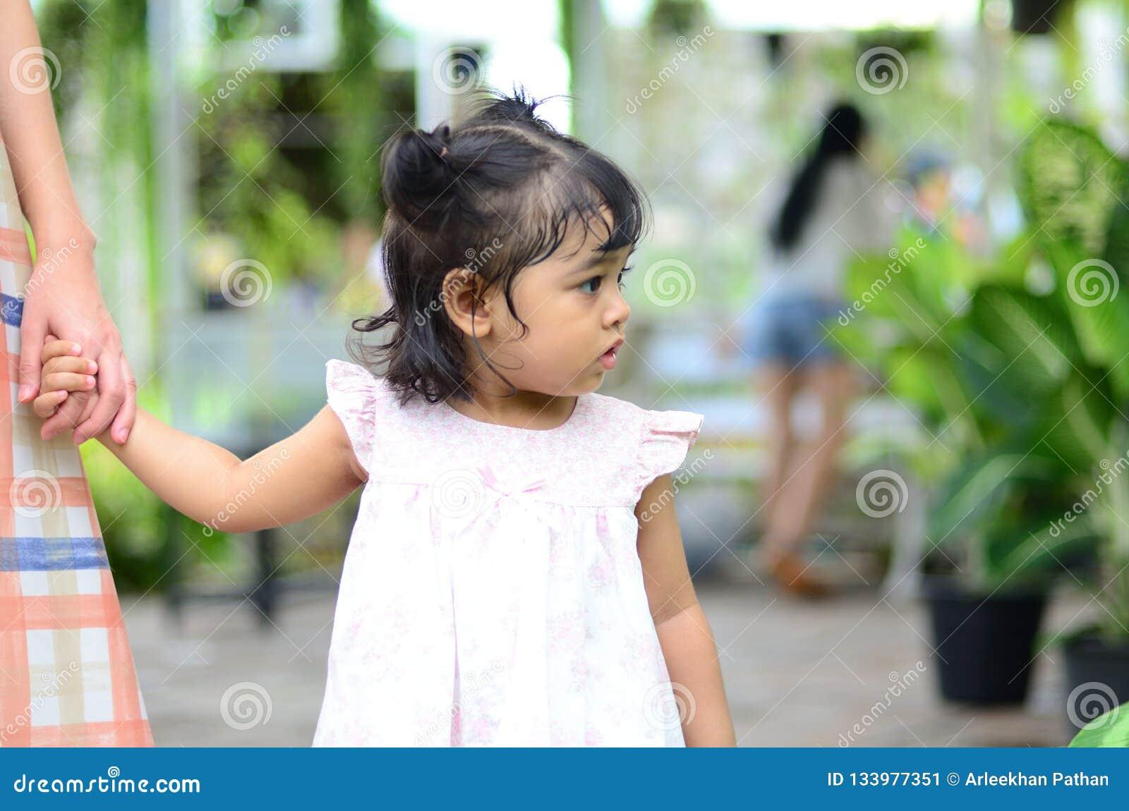 Ritratto della ragazza del bambino della figlia del bambino al festival del fiore di Bangkok Tailandia Asia del parco di re Rama