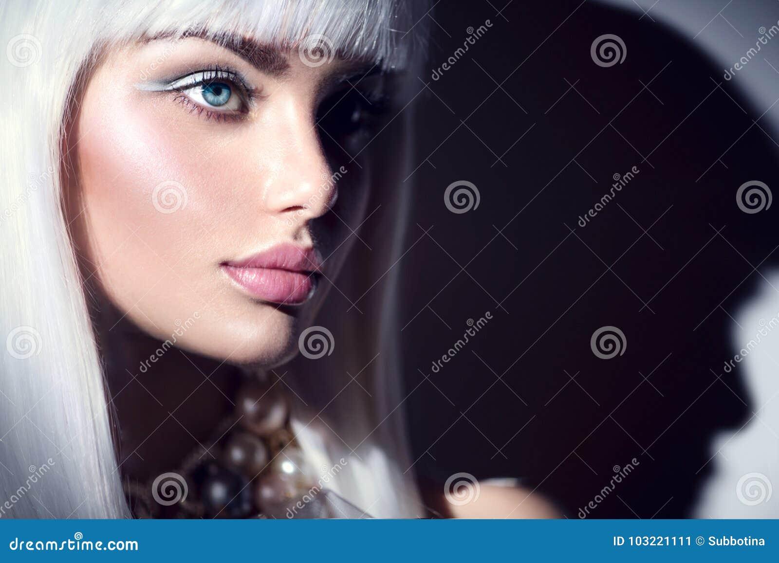 Ritratto della ragazza del modello di moda Donna di bellezza con trucco di inverno e dei capelli bianchi