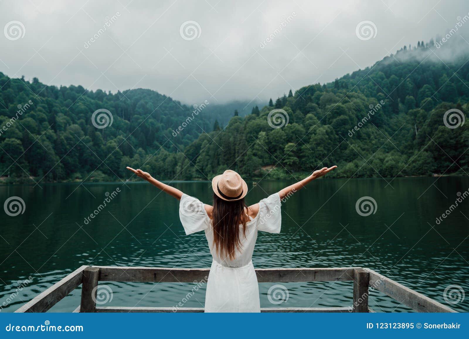 Ritratto della ragazza di estate Sorridere della giovane donna felice il giorno soleggiato della primavera o di estate fuori in p
