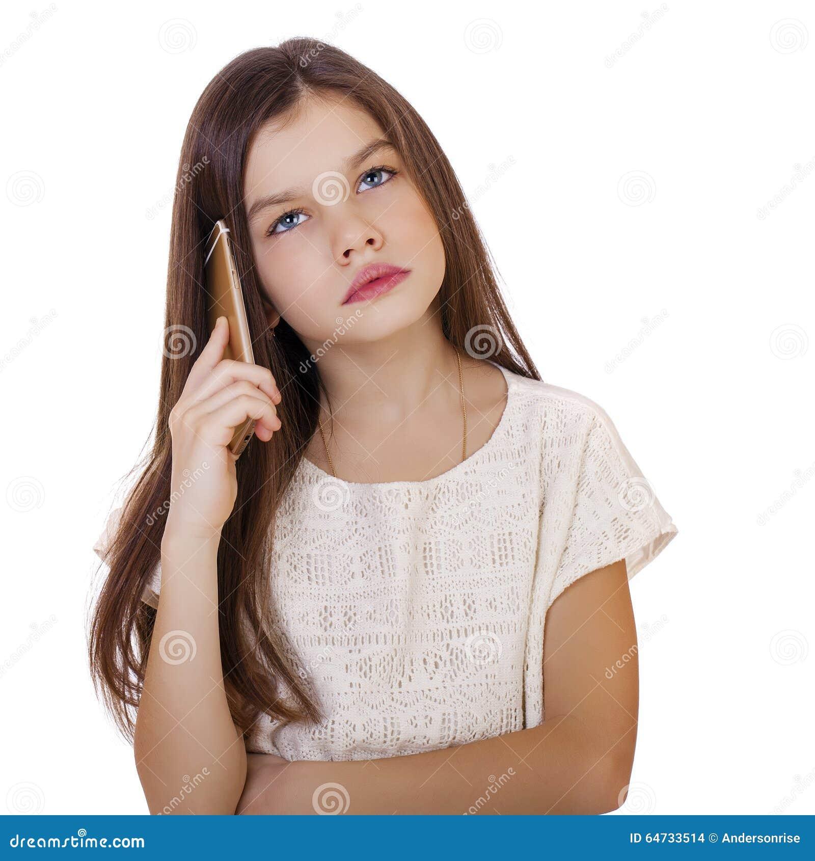 Ritratto della scolara caucasica castana che chiama dal telefono