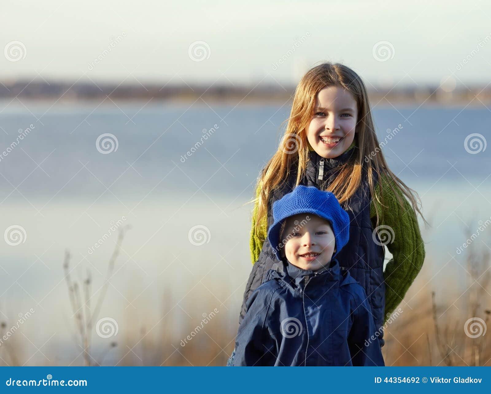 Ritratto della sorella e del fratello felici