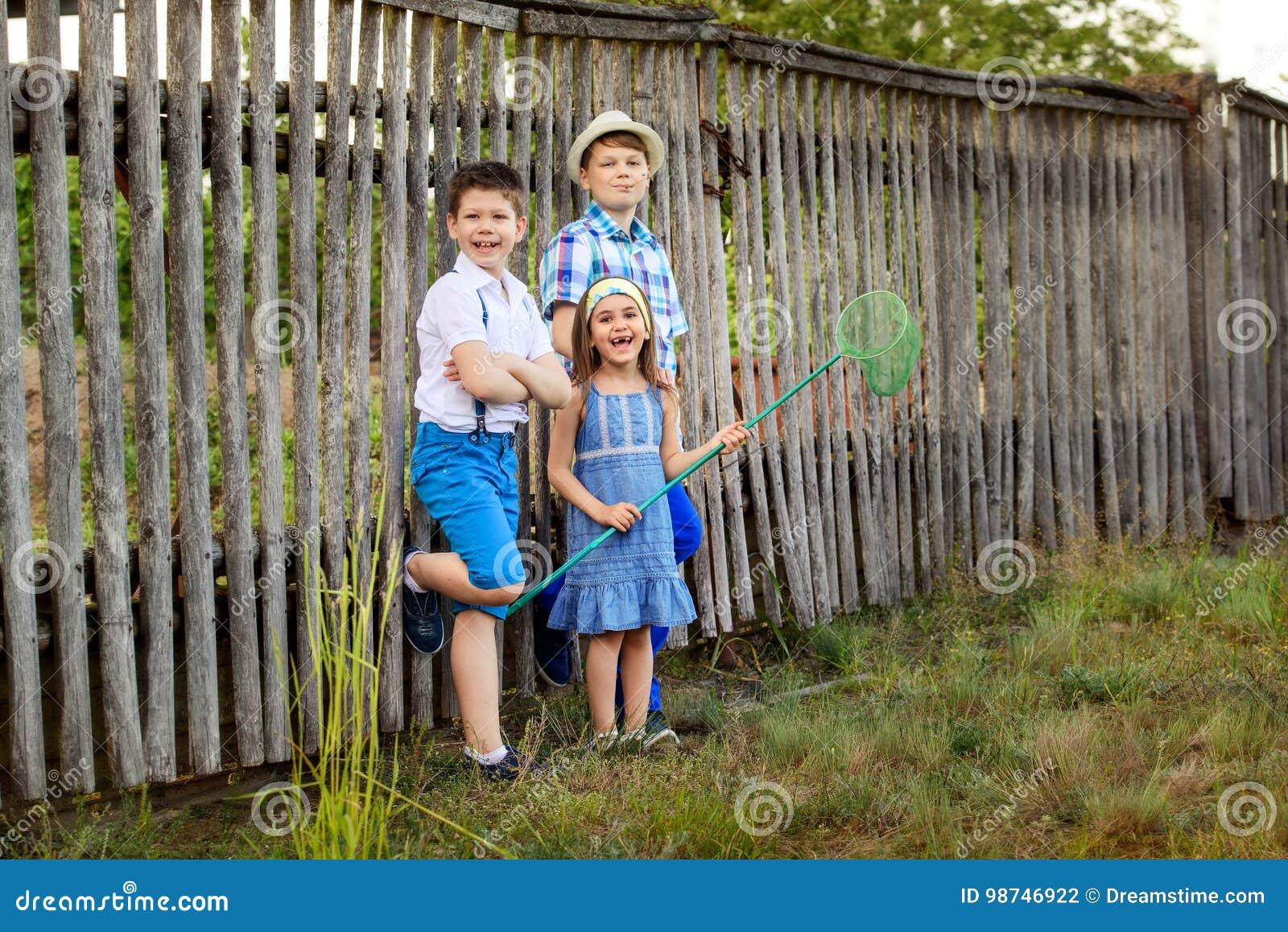Ritratto della sorella e del fratello nel villaggio
