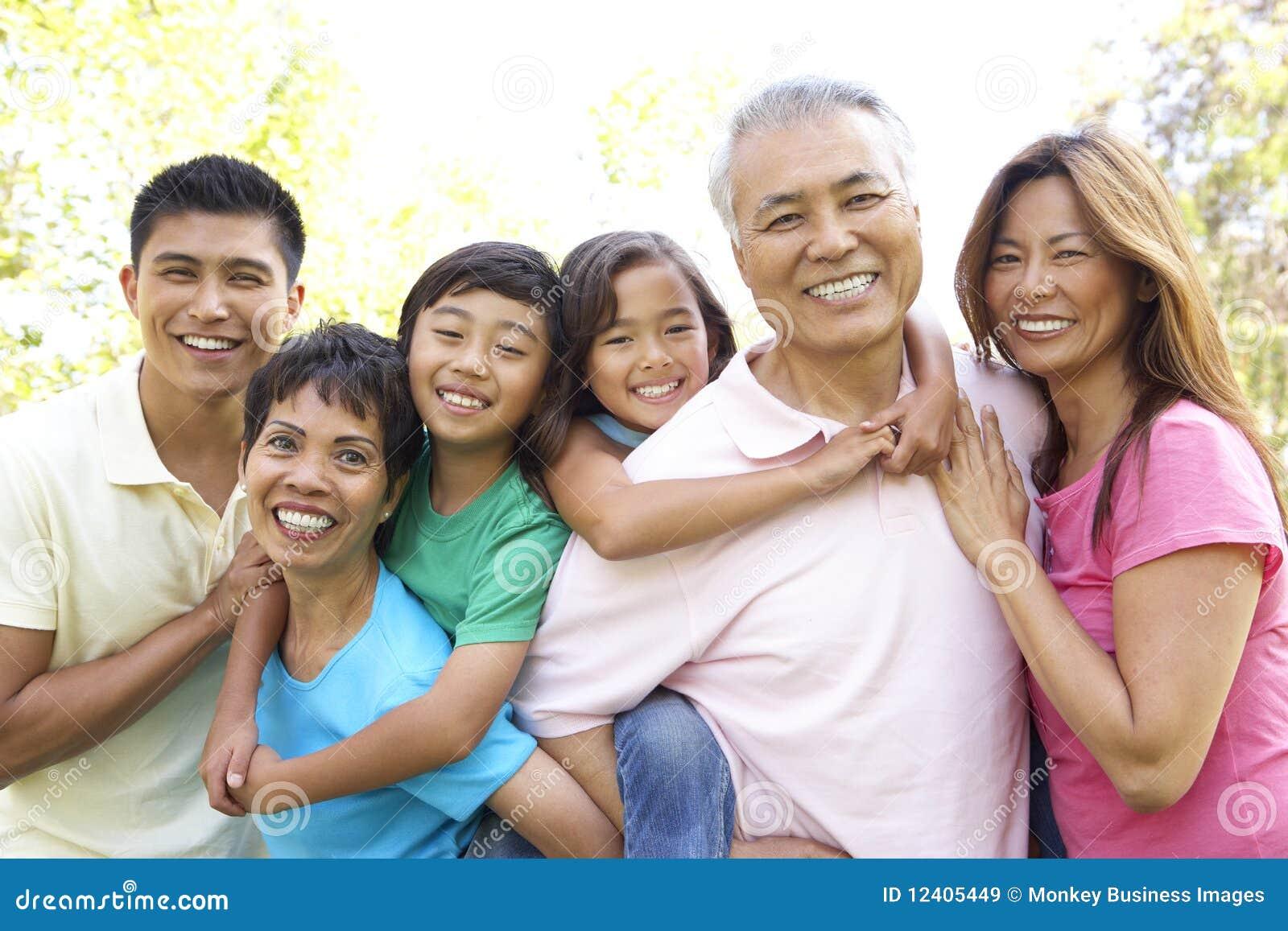 Ritratto della sosta del gruppo della famiglia allargata
