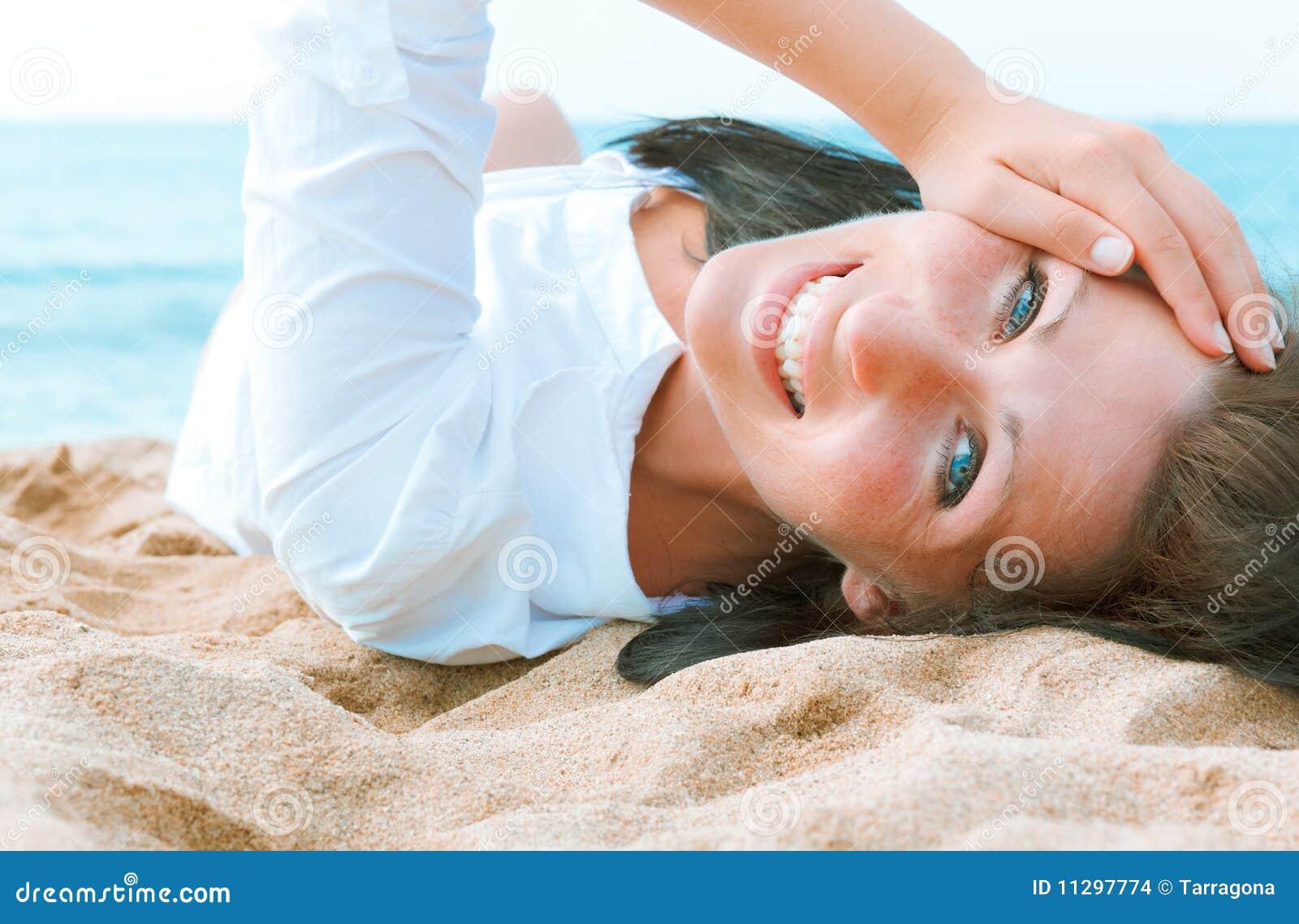 Ritratto della spiaggia della donna