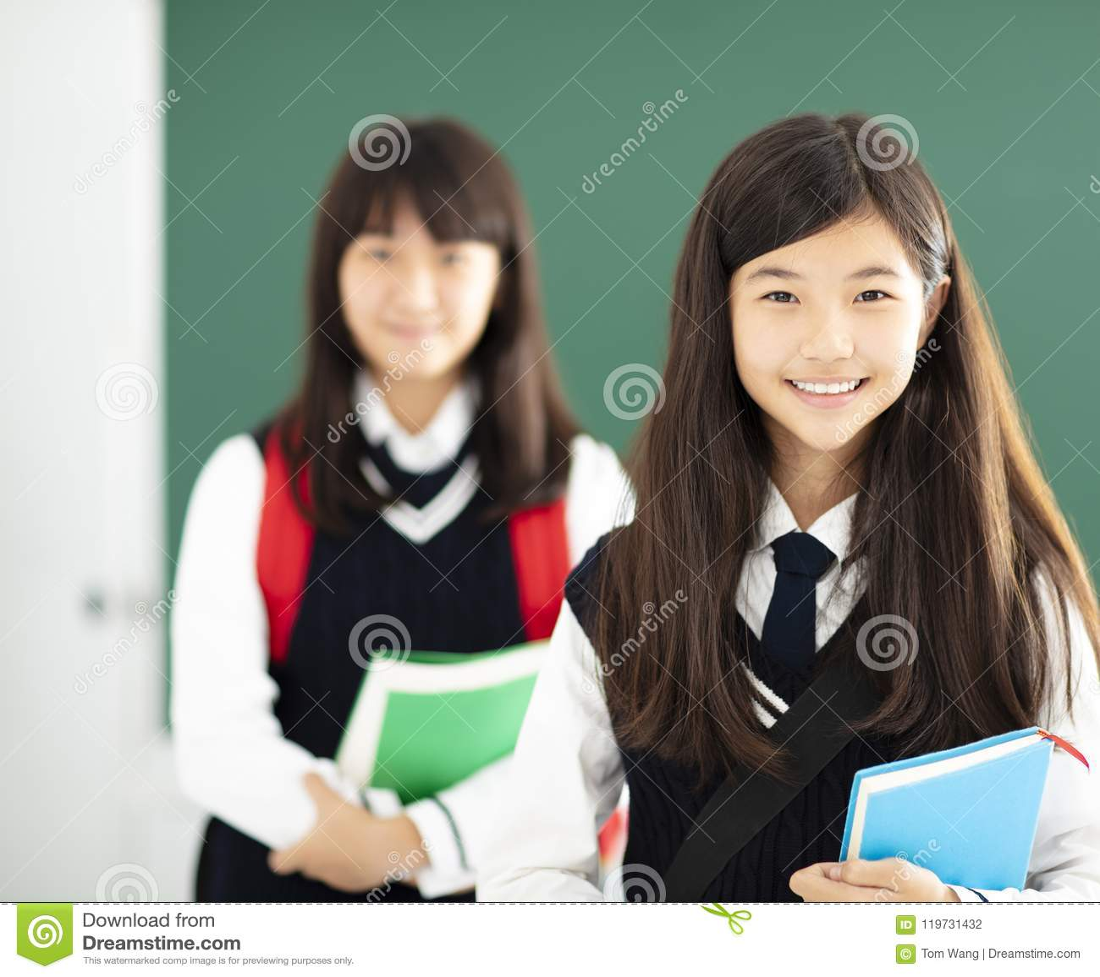Ritratto della studentessa degli adolescenti in aula