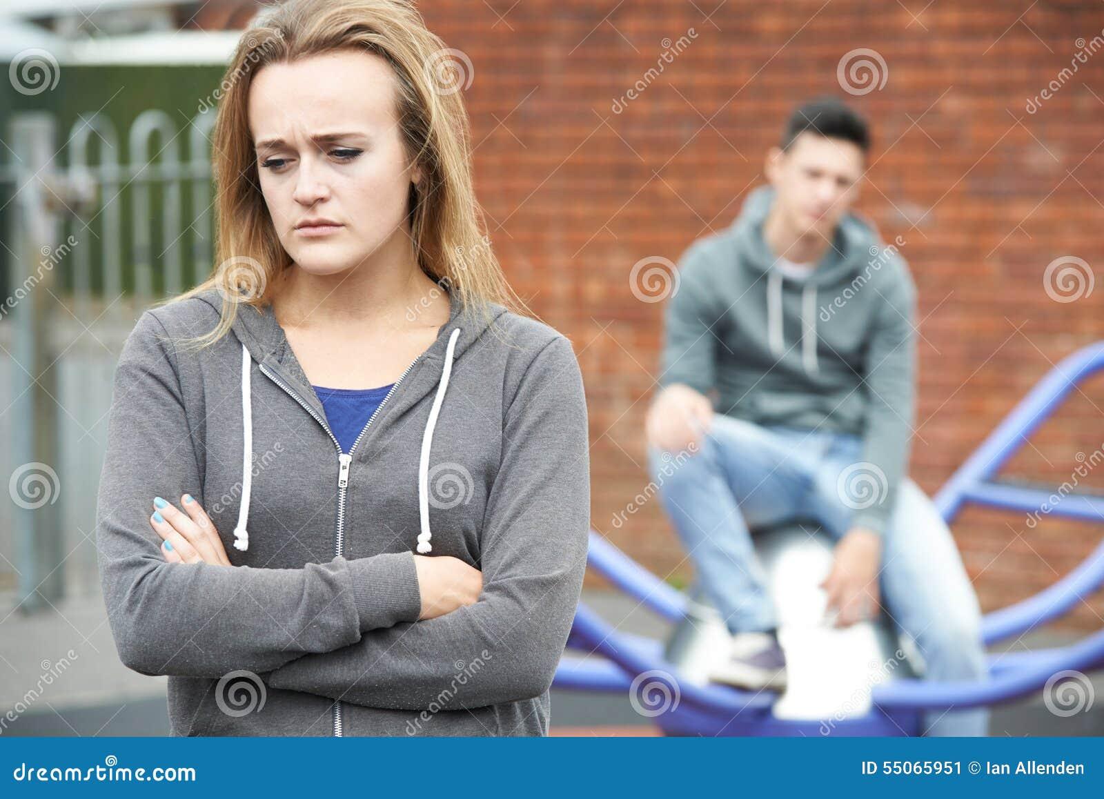 Ritratto delle coppie adolescenti infelici nell ambiente urbano