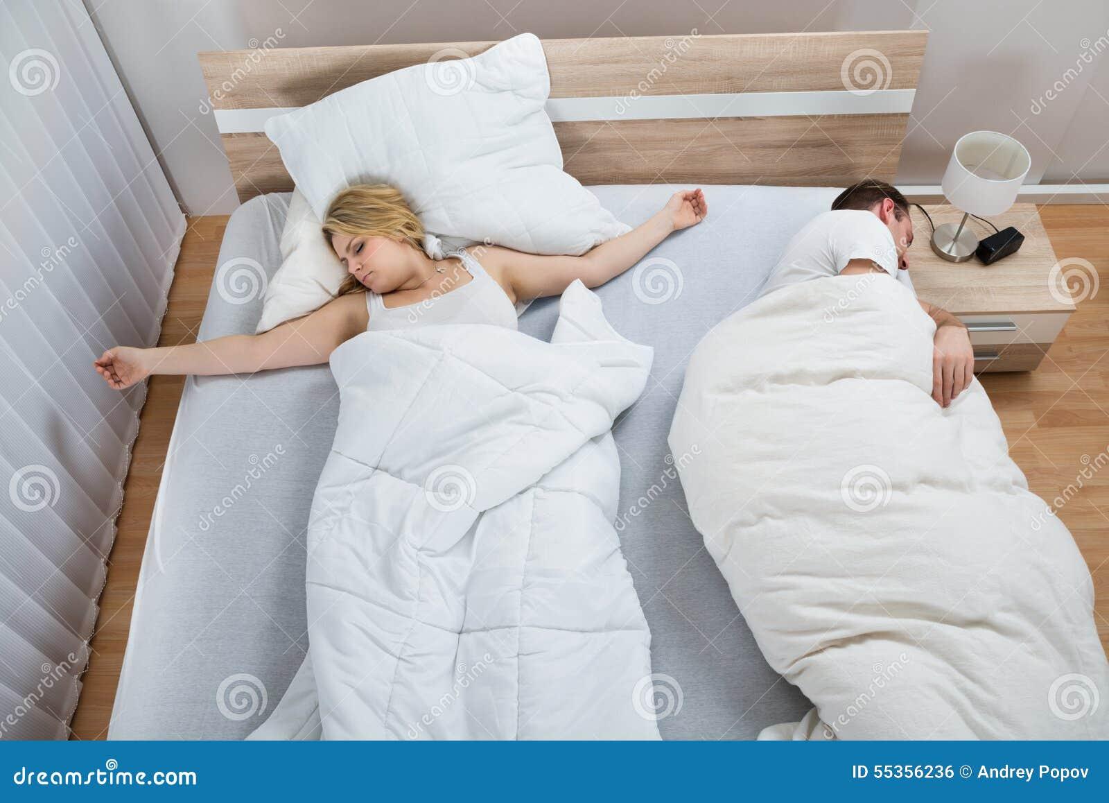 Ritratto delle coppie che si trovano a letto
