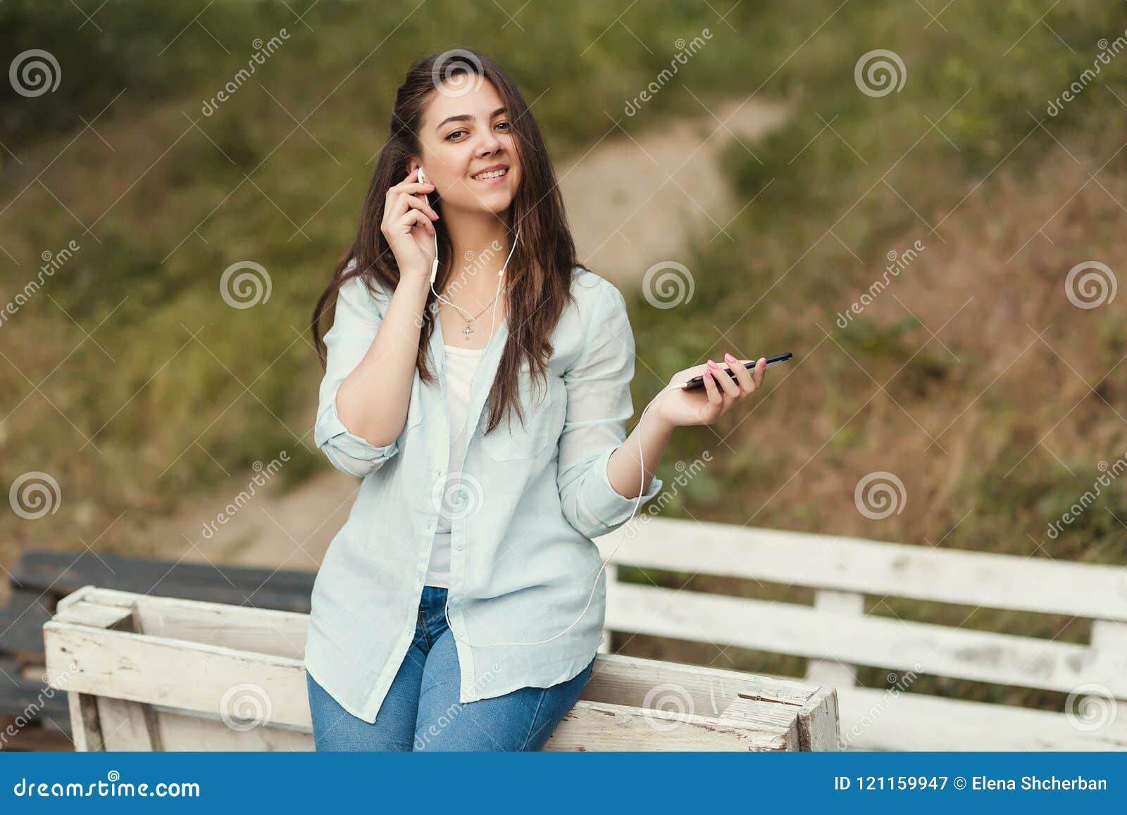 Ritratto dello studente universitario femminile Outdoors On Campus