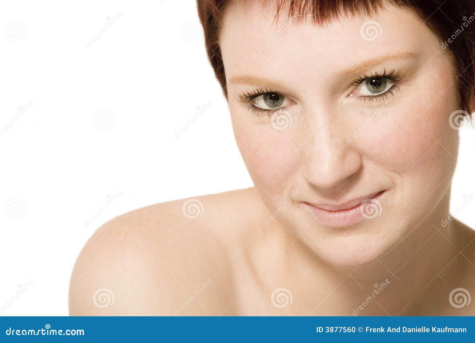 Ritratto dello studio di una donna giovane di flirt