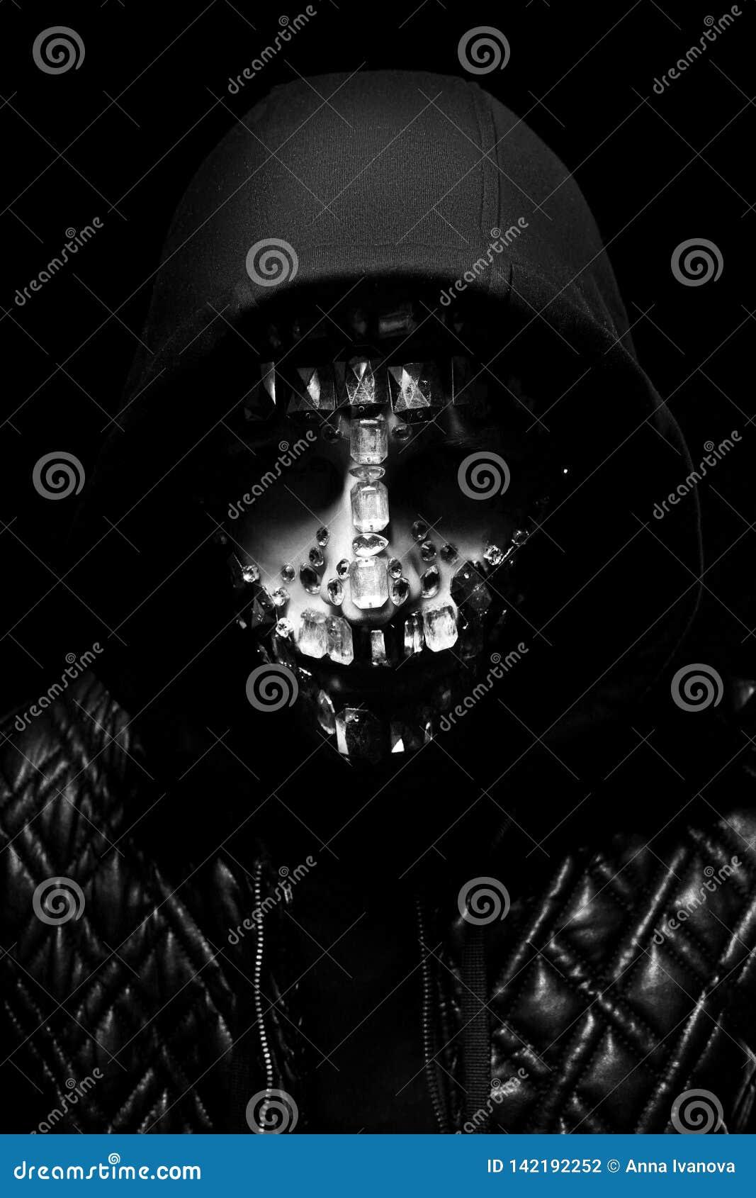 Ritratto di arte di un uomo incappucciato con i grandi cristalli di rocca sul suo fronte Aspetto mistico misterioso di un uomo I