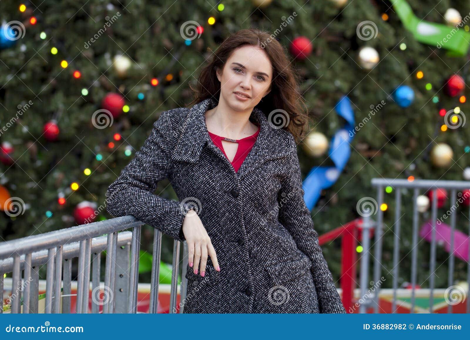 Download Ritratto di bella donna fotografia stock. Immagine di cappotto - 36882982