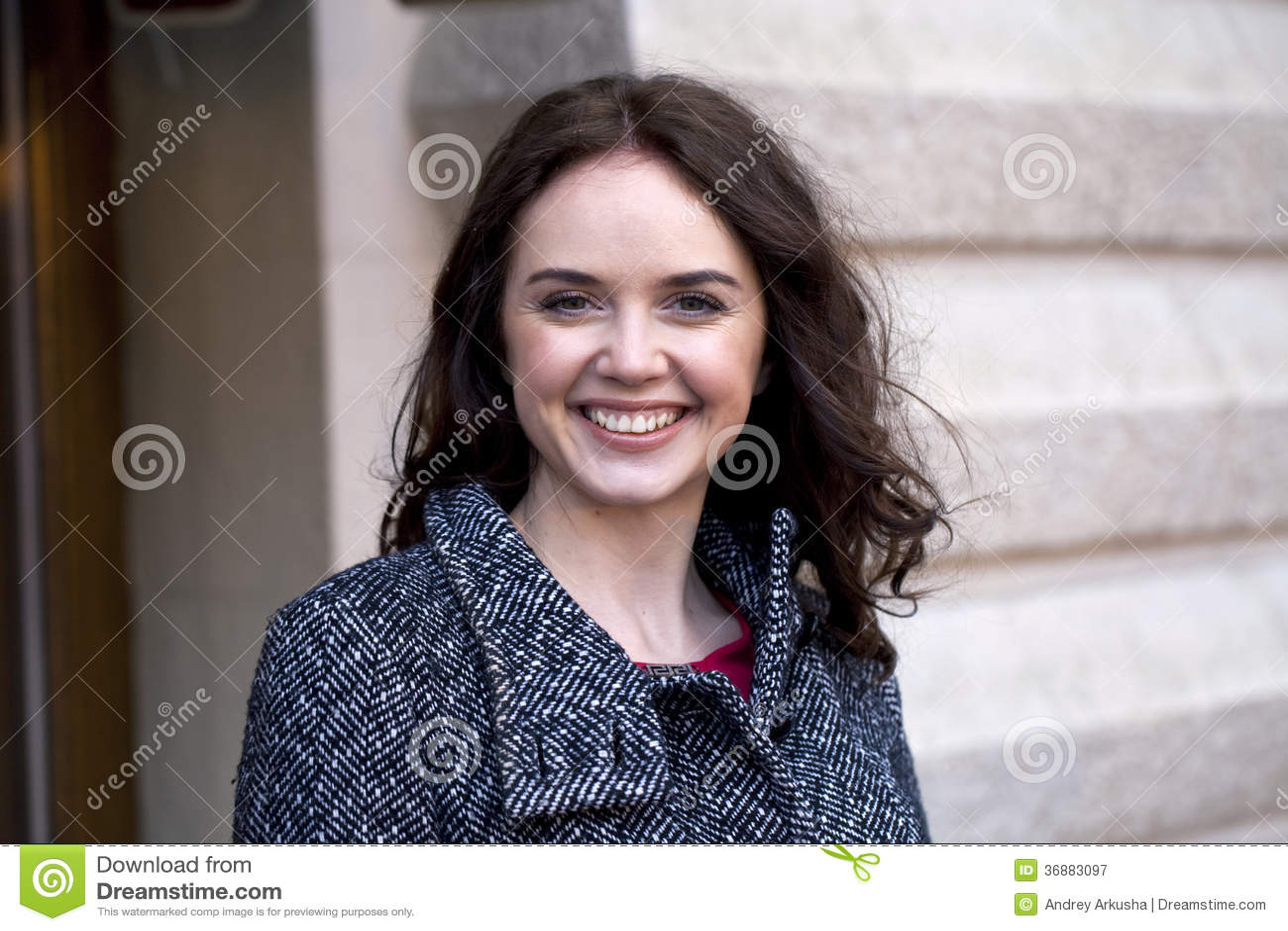 Download Ritratto di bella donna immagine stock. Immagine di grigio - 36883097