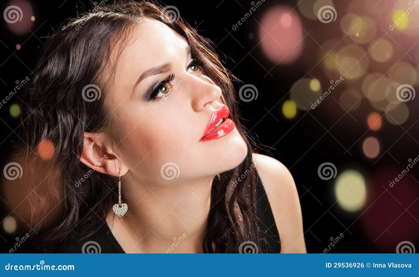 Ritratto di bella donna alla moda