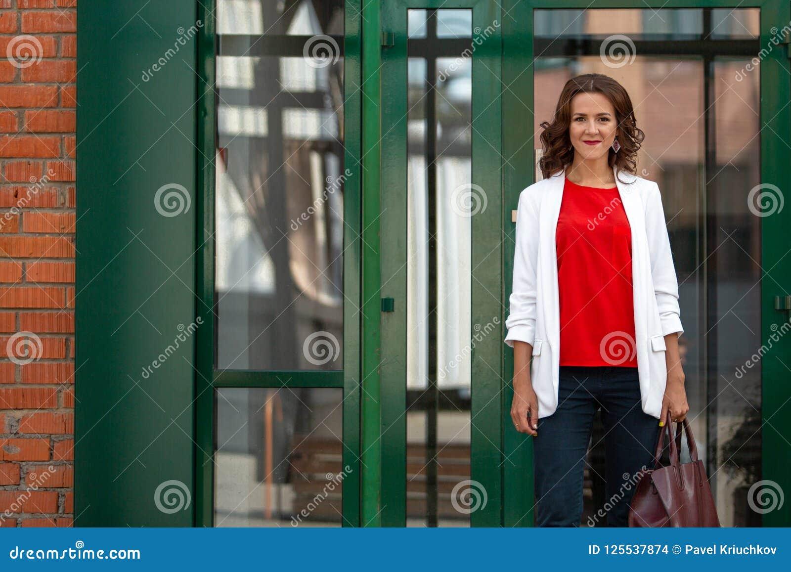 Ritratto di bella donna alla moda di affari all aperto